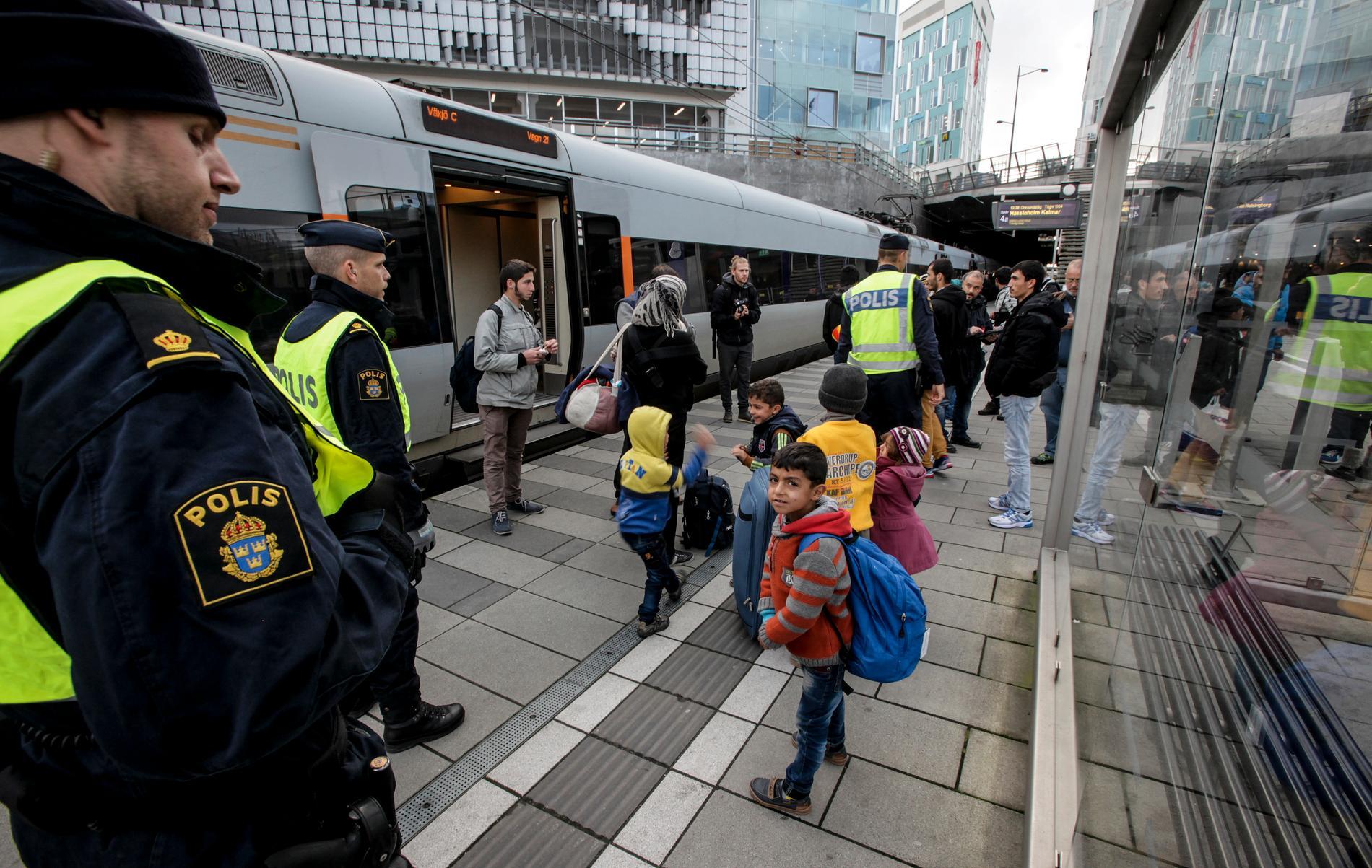 Gränskontroll av flyktingar vid Hyllie station i Malmö 2015