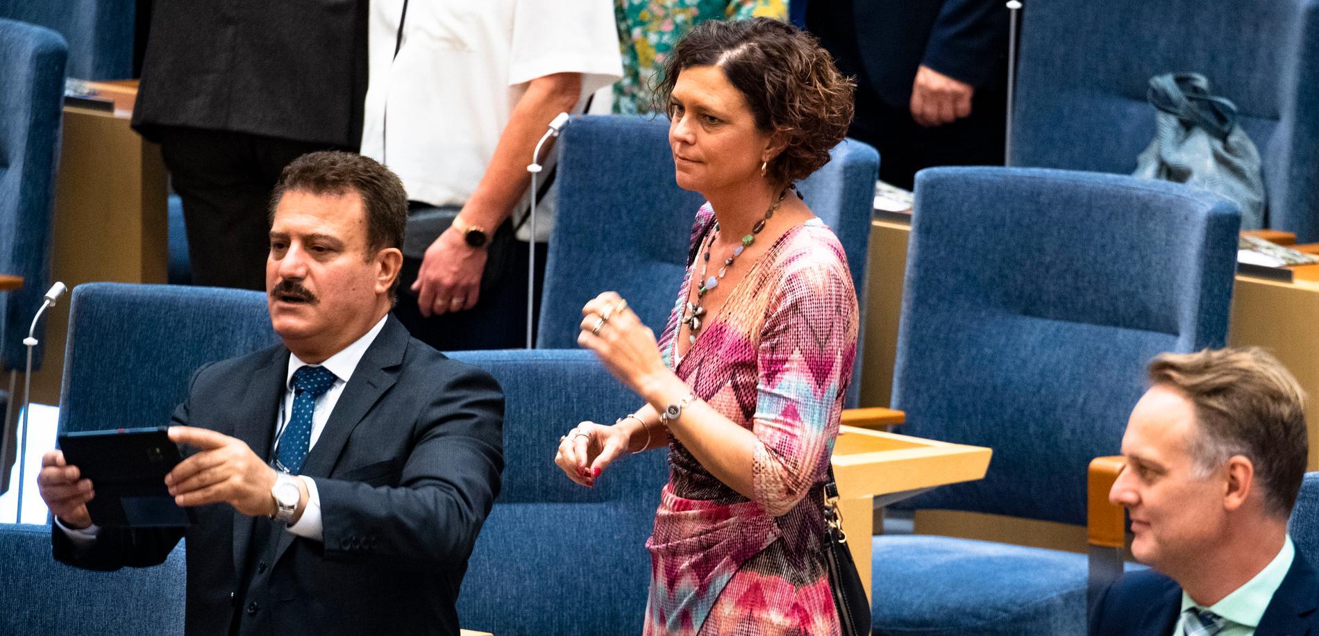 Emma Carlsson Löfdahl är liberalen som blev politisk vilde i riksdagen efter en bostadsskandal. Nu lämnar hon riksdagen och kan kassera in maximal pensionsersättning.