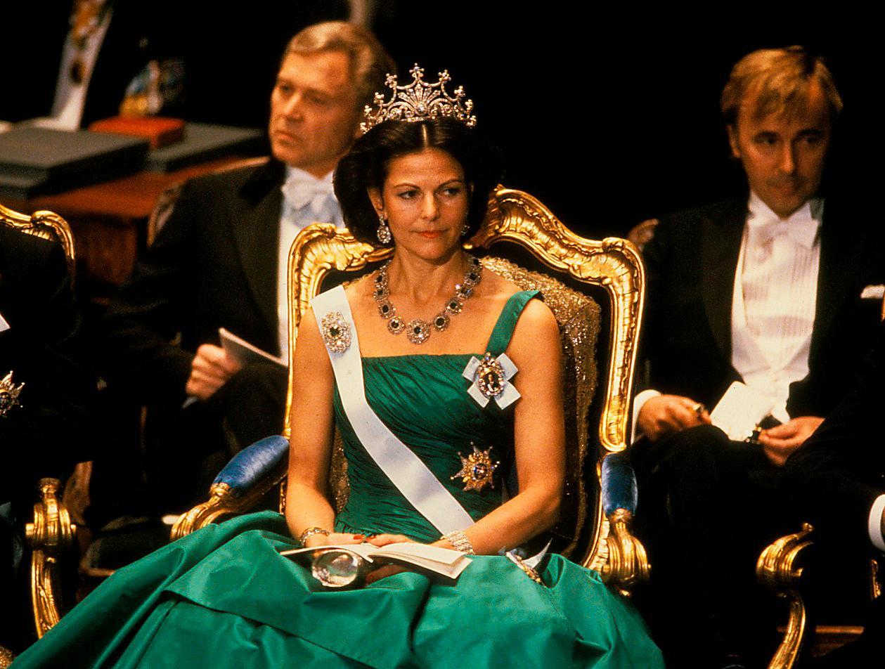 1987.Den första återanvända klänningen för Silvia i Nobelsammanhang. Den draperade smaragdgröna sidentaftklänningen gjordes ursprungligen för kungens 40-årsfirande – av Jørgen Bender. Drottning Sofias diadem och t som från början, tidigt 1800-tal, var ett skärp.