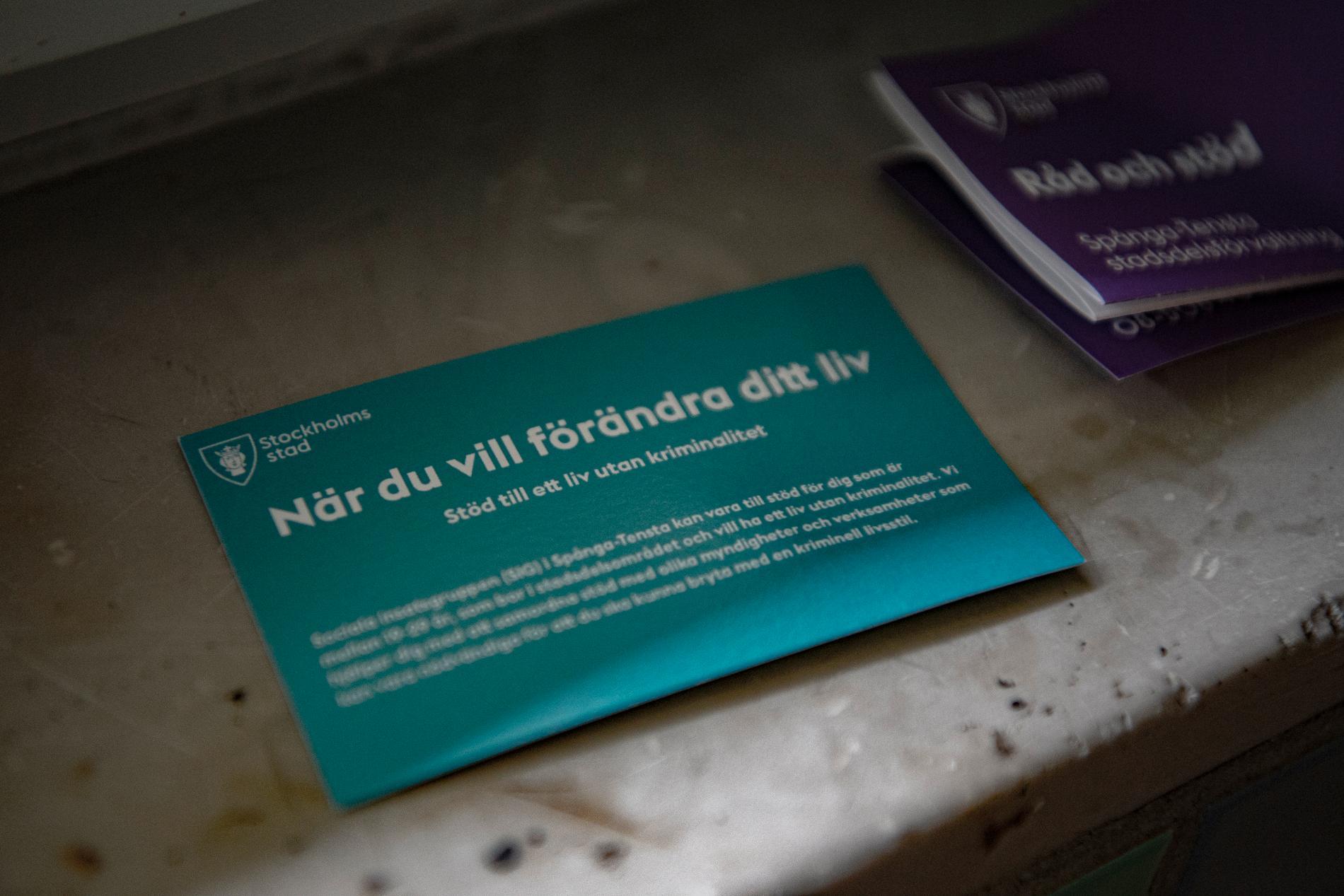 """I en fönsternisch ligger en broschyr från Stockholm stad. """"När du vill förändra ditt liv - stöd till ett liv utan kriminalitet""""."""