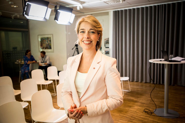 Snart kan alla över 20 år beställa hem alkohol från Systembolaget via hemkörning, enligt socialminister Annika Strandhälls förslag.