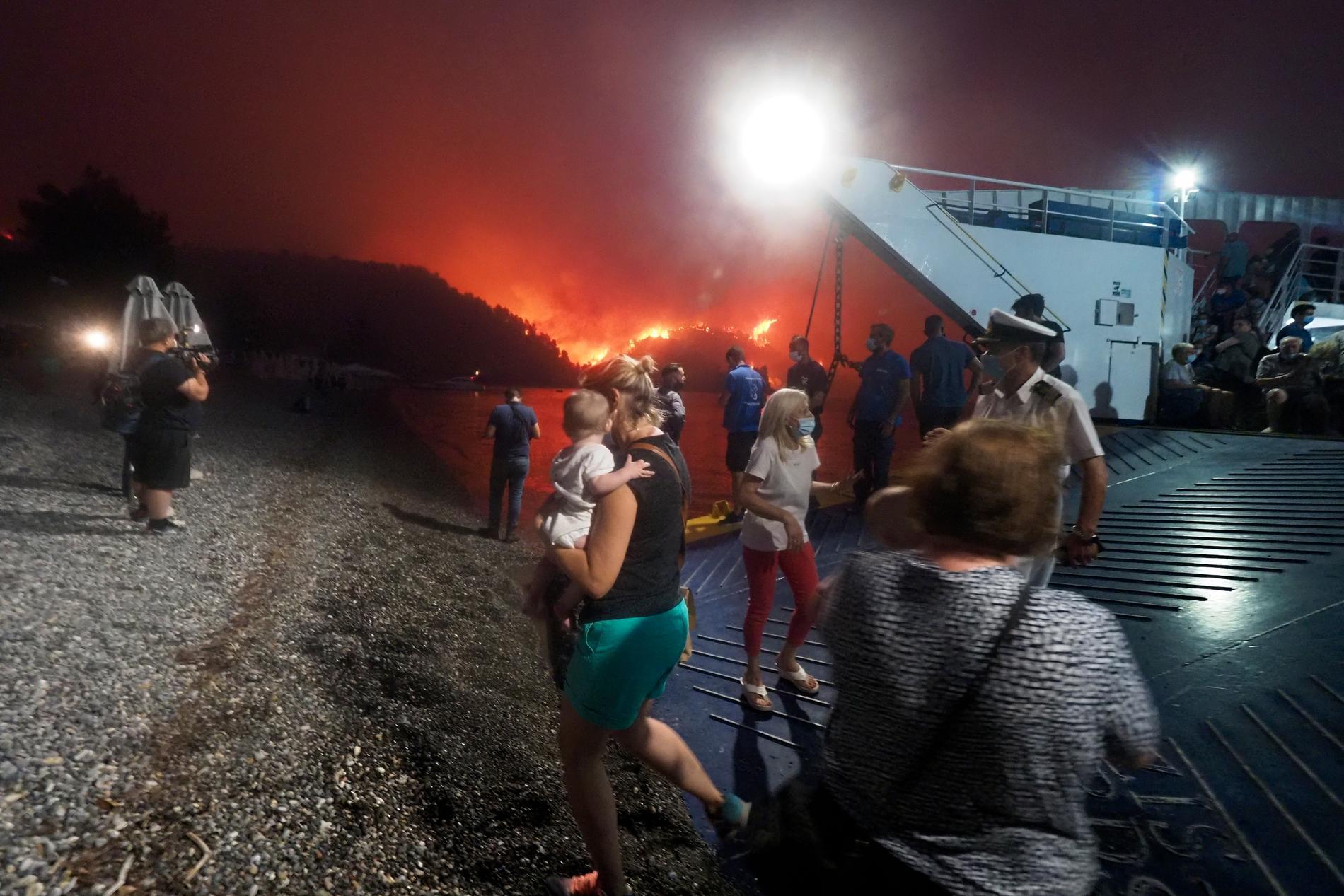 På ön Evia har vissa byar blivit helt omringade av de våldsamma bränderna och man tvingas evakuera hundratals människor vattenvägen: kustbevakning, färjor och privatbåtar kör i skytteltrafik.