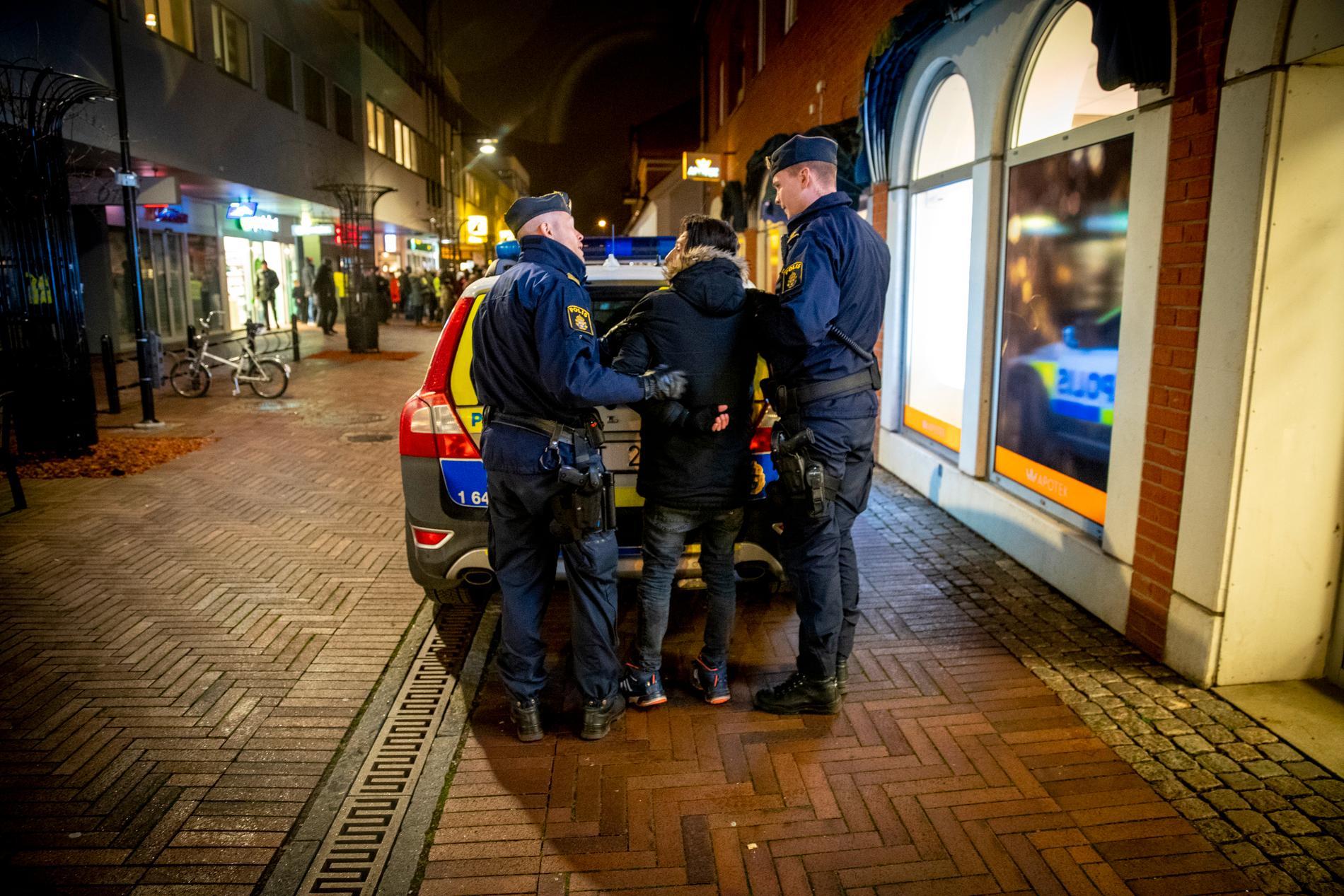 En person slog sönder ett plakat för motdemonstranterna. I övrigt ska det ha gått lugnt till, enligt polisen.