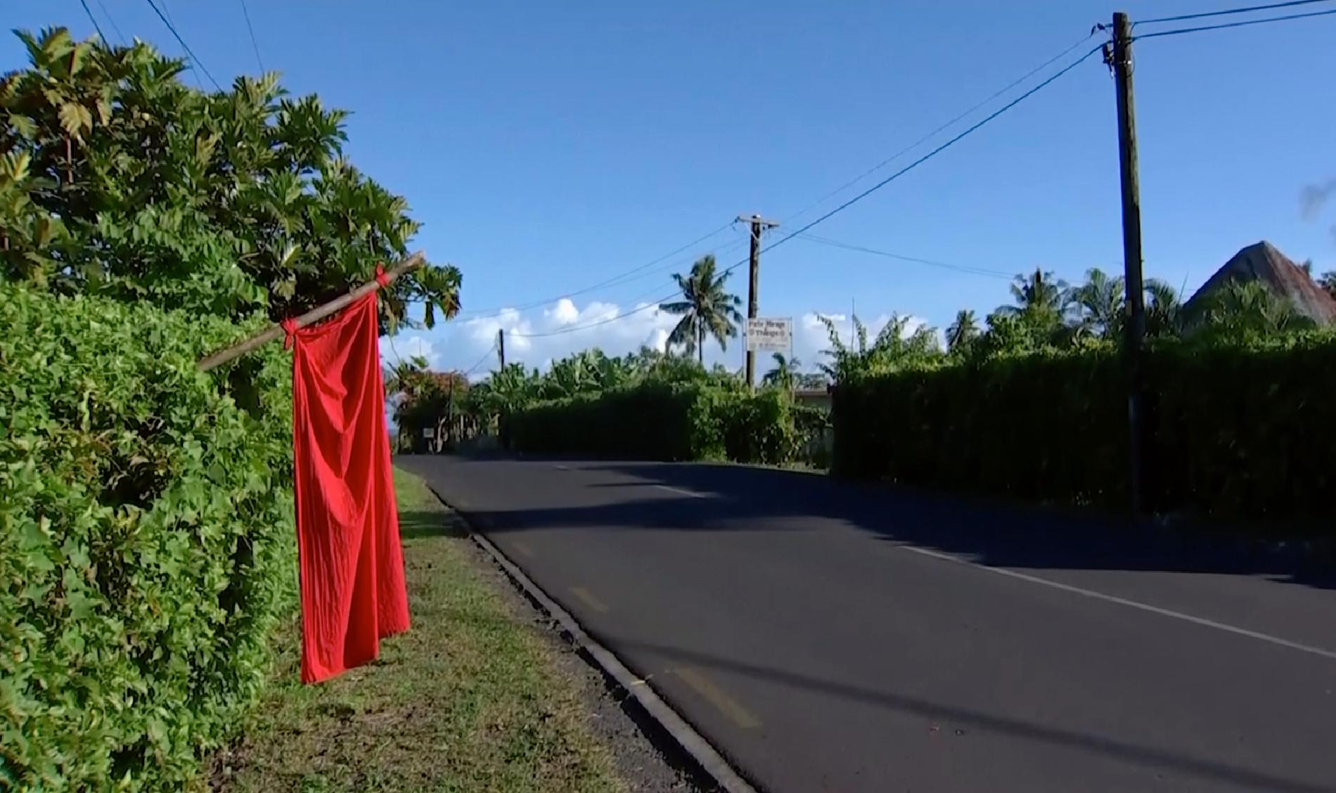 För att lättare hitta de hushåll där en eller flera inte är vaccinerade hänger boende upp röda flaggor utanför sina hem. Arkivbild.