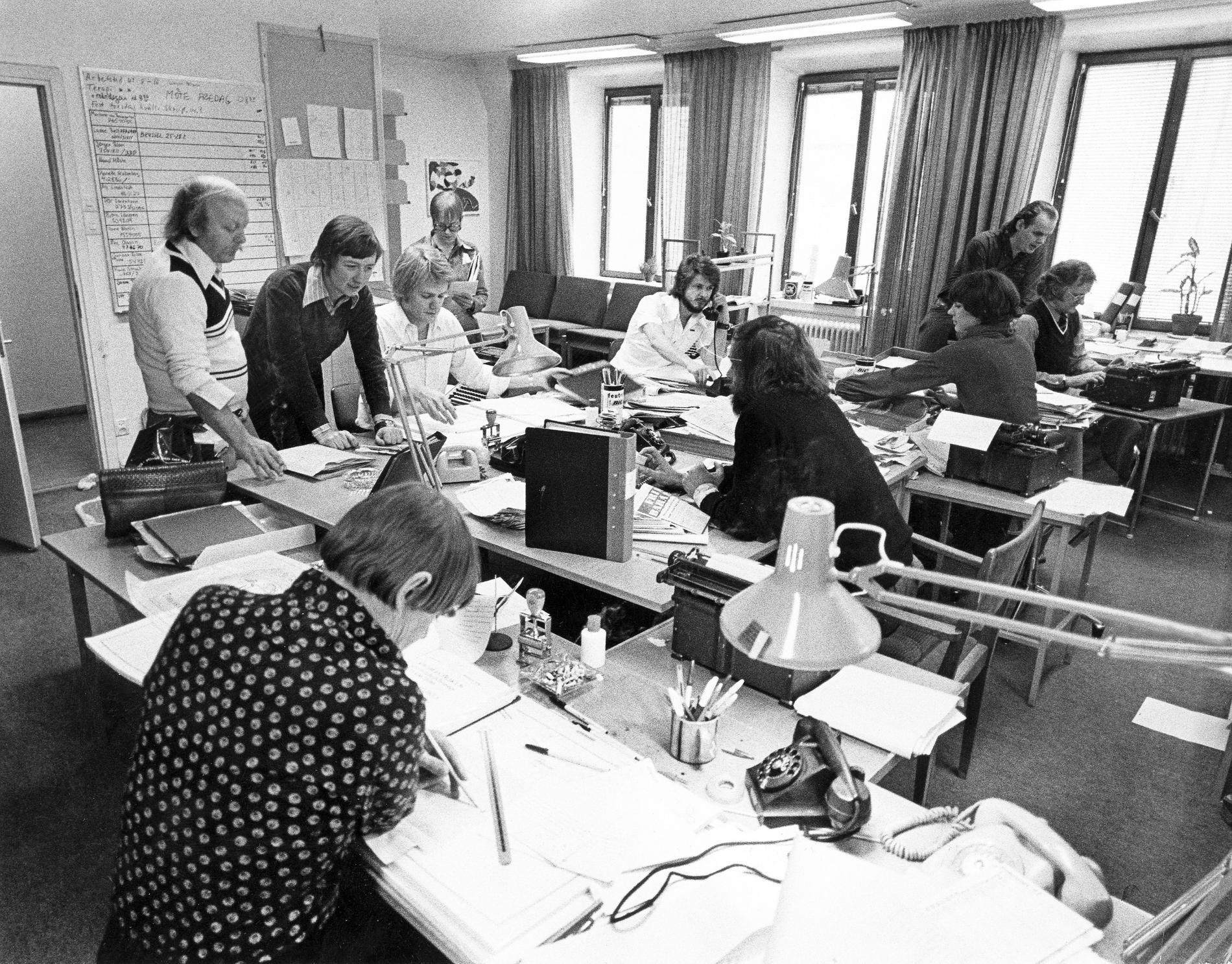 Magasinet-redaktionen på Aftonbladet i Klara 1977. Närmast kameran Alf Lindstedt, sedan från vänster Lars Bjelf, Bo Hedin, Gunnar Sjörs, Maud Höste, Jan-Erik Thélenius, Rune Struck och Marianne von Baumgarten, samt närmast fönstret Ulf Thorgren och Jörgen Blom.