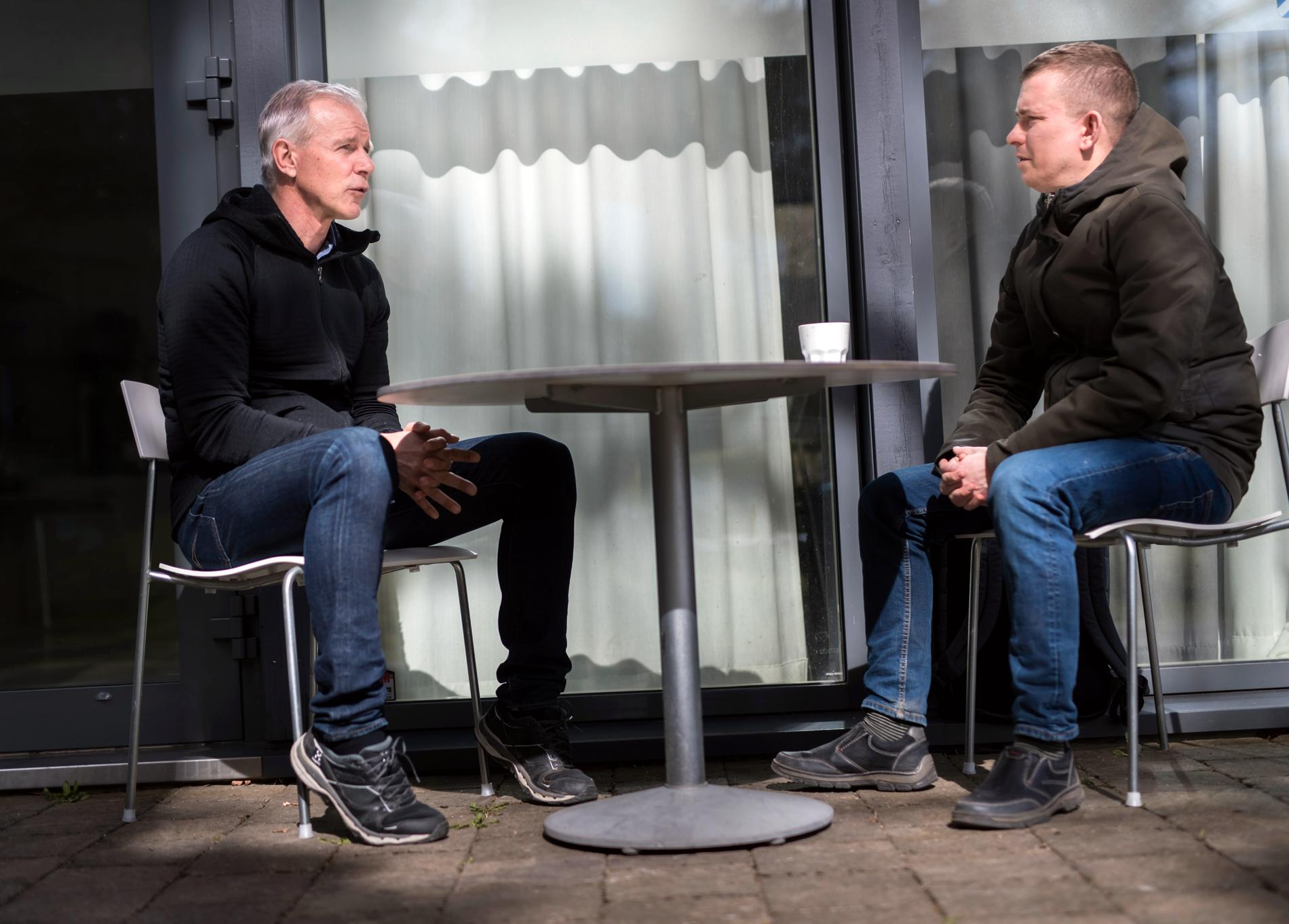 Erik Niva möter IFK Göteborgs tränare Roland Nilsson.