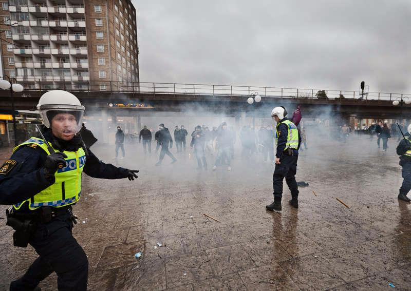 Nazister slår till mot en antirasistisk manifestation i Kärrtorp.