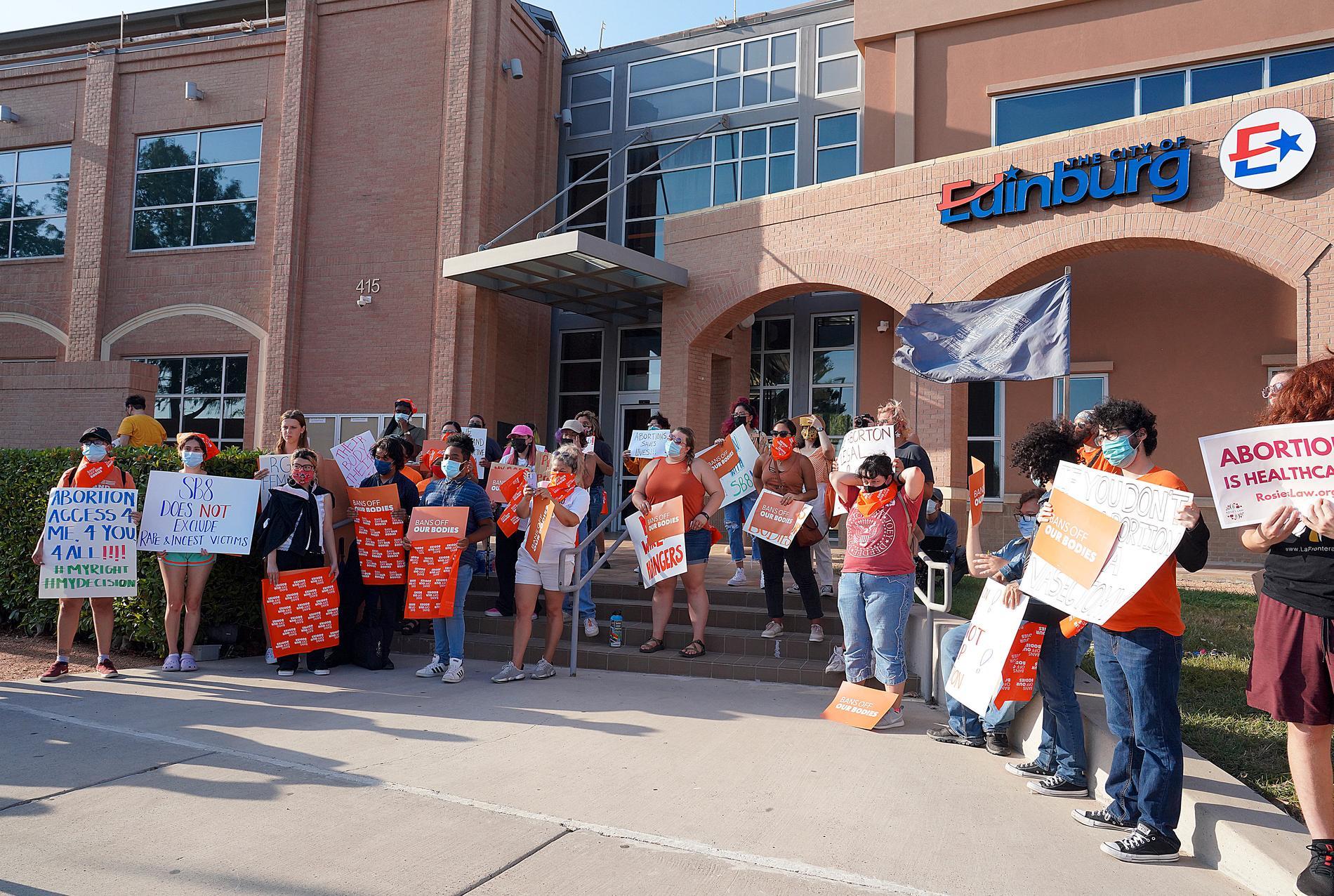 Aktivister, som förespråkar rätten till fri abort, demonstrerar i Edinburg i Texas.
