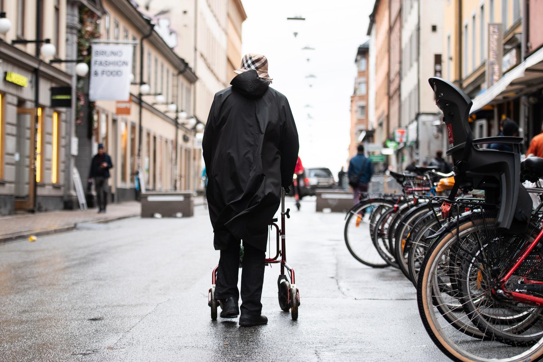 Ta rygg på en 70-plussare, du som känner dig vilsen och rädd i det nya Sverige, skriver Britta Svensson.