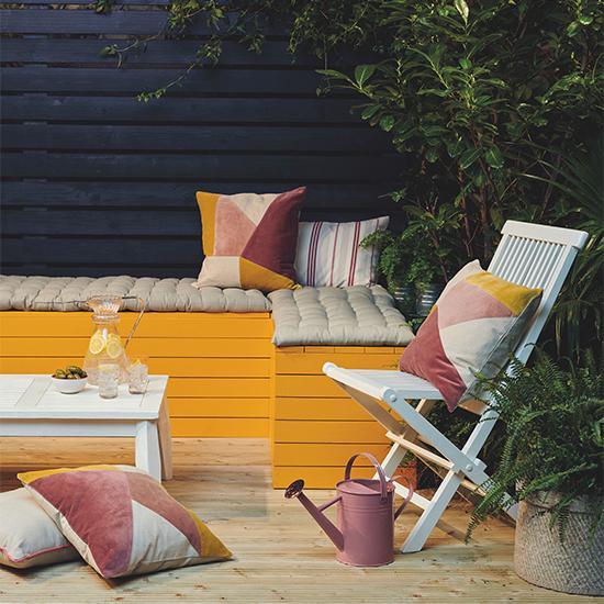 Ett par nya kuddar eller en humörhöjande färg på ute - möblerna kan göra underverk för myskänslan på balkongen.