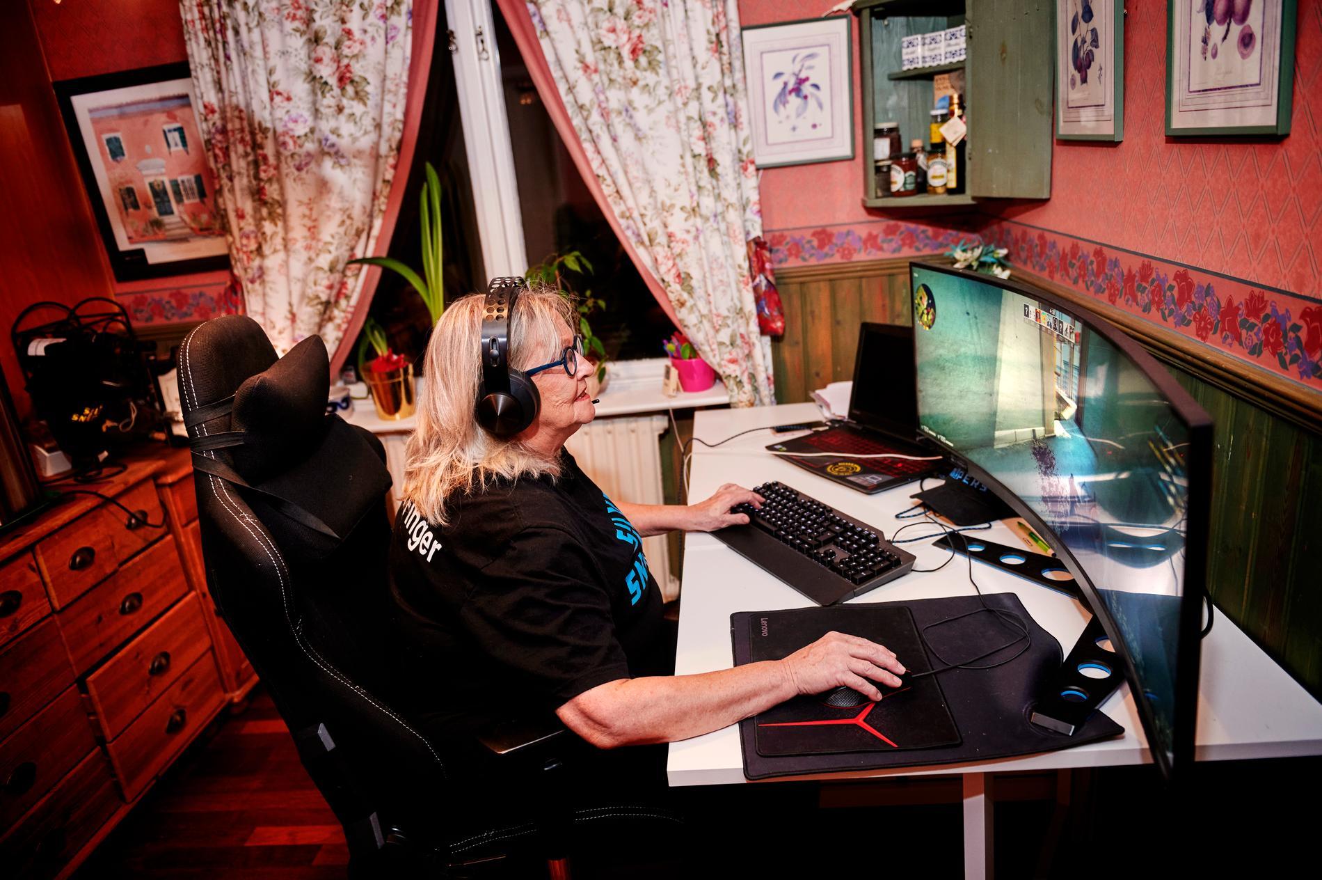 """Inger Grotteblad, 68, är en av Sveriges bästa seniorgamers – i alla fall i spelet Counter-Strike. Hon rekommenderar alla äldre att spela spel på datorn. """"Det finns mycket mer än kort-, bräd- och pusselspel. Det är bara att våga testa – det gjorde jag""""."""