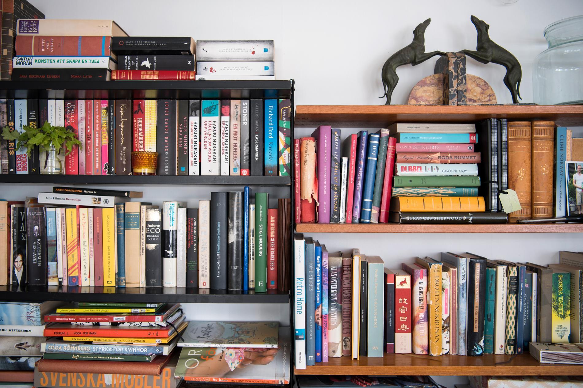 Arkivbild på bokhylla.