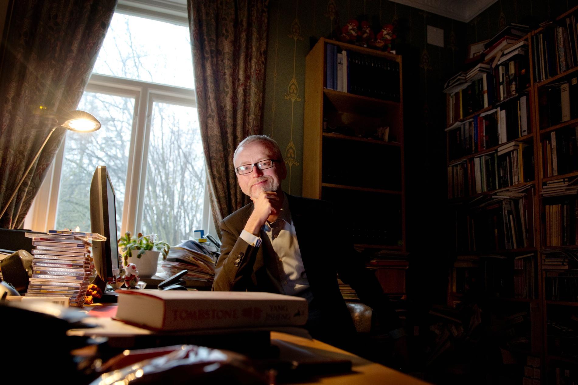 Professor Dick Harrison tycker att beslutet är bissart och befängt.