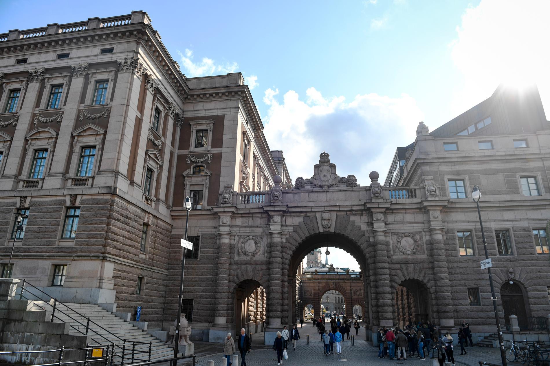Riksdagshuset i Stockholm. Riksdagsförvaltningen har tillsammans med Kungliga biblioteket digitaliserat över tre miljoner sidor av dokument. Arkivbild.