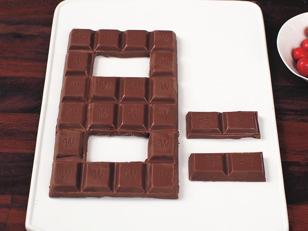 Skär i rumsvarm choklad.