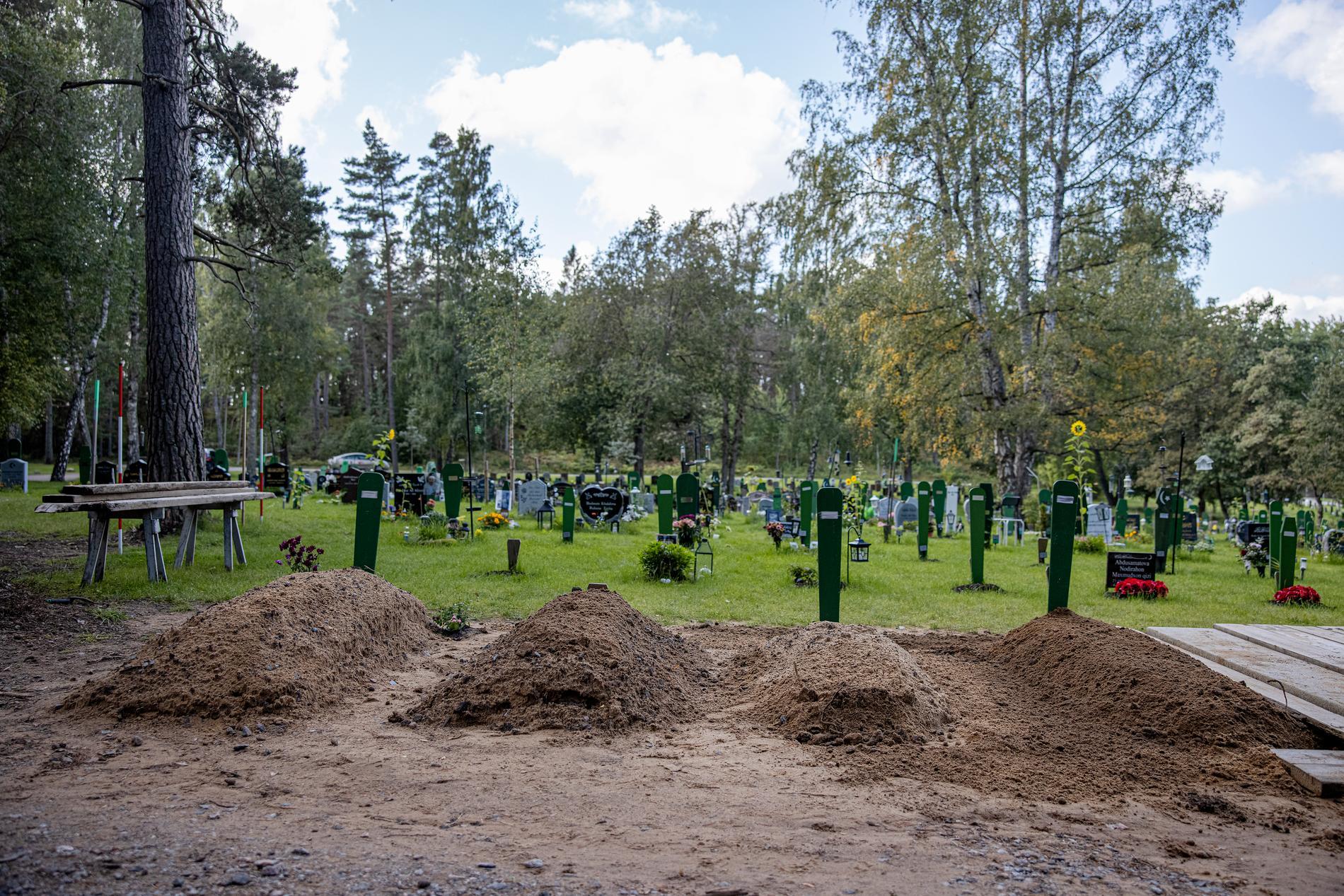 Några av gravarna har inte hunnit få en gravsten än.