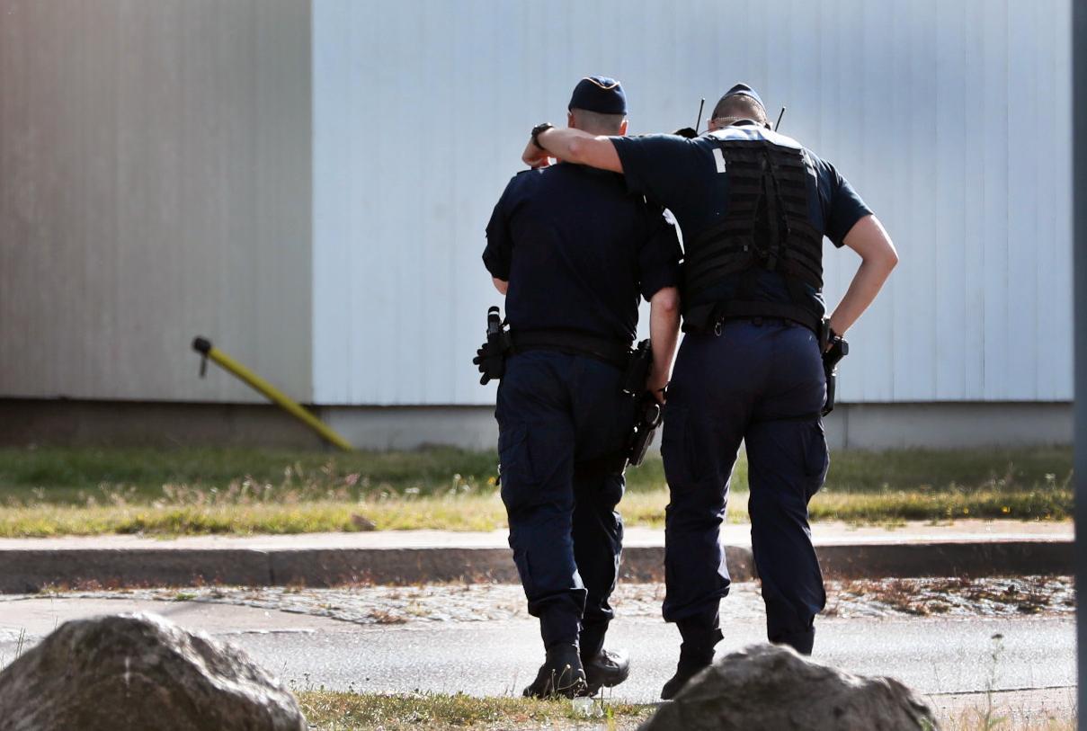 Poliser håller om varandra efter dödsskjutningen.