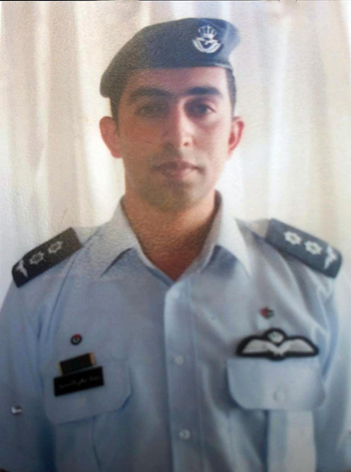 Det pågick förhandlingar mellan Jordanien och terrorgruppen IS för att Jordanien skulle få åter stridspiloten Moaz al-Kasasbeh som tillfångatogs sedan hans plan störtat i Syrien. Men förhandlingarna bröt samman då IS inte kunde presentera några bevis på att piloten fanns vid liv –och strax därefter publicerades en video som visade hur han levande bränts ihjäl.