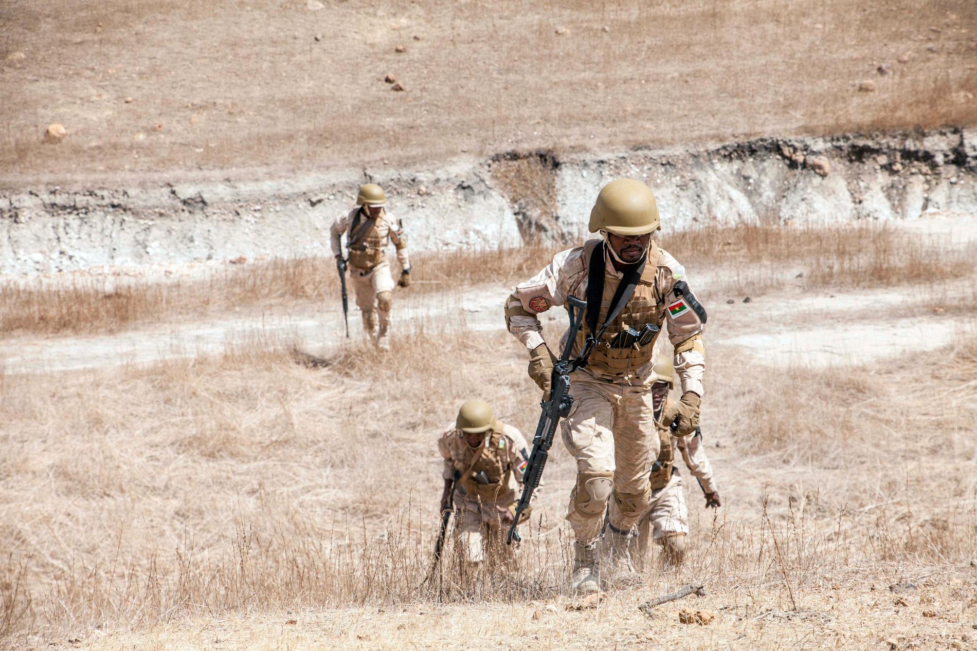 Burkinska soldater vid en militärövning tidigare i år. Arkivbild.