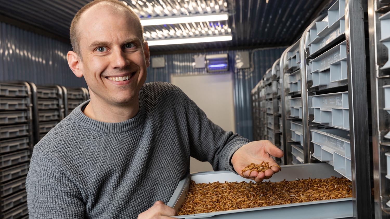 Nils Österström visar upp mjölmaskarna som företaget odlar i sin nya anläggning; en nedlagd kättingfabrik i Orsa. Ur maskarna utvinns protein som är tänkt att kunna användas i livsmedel.