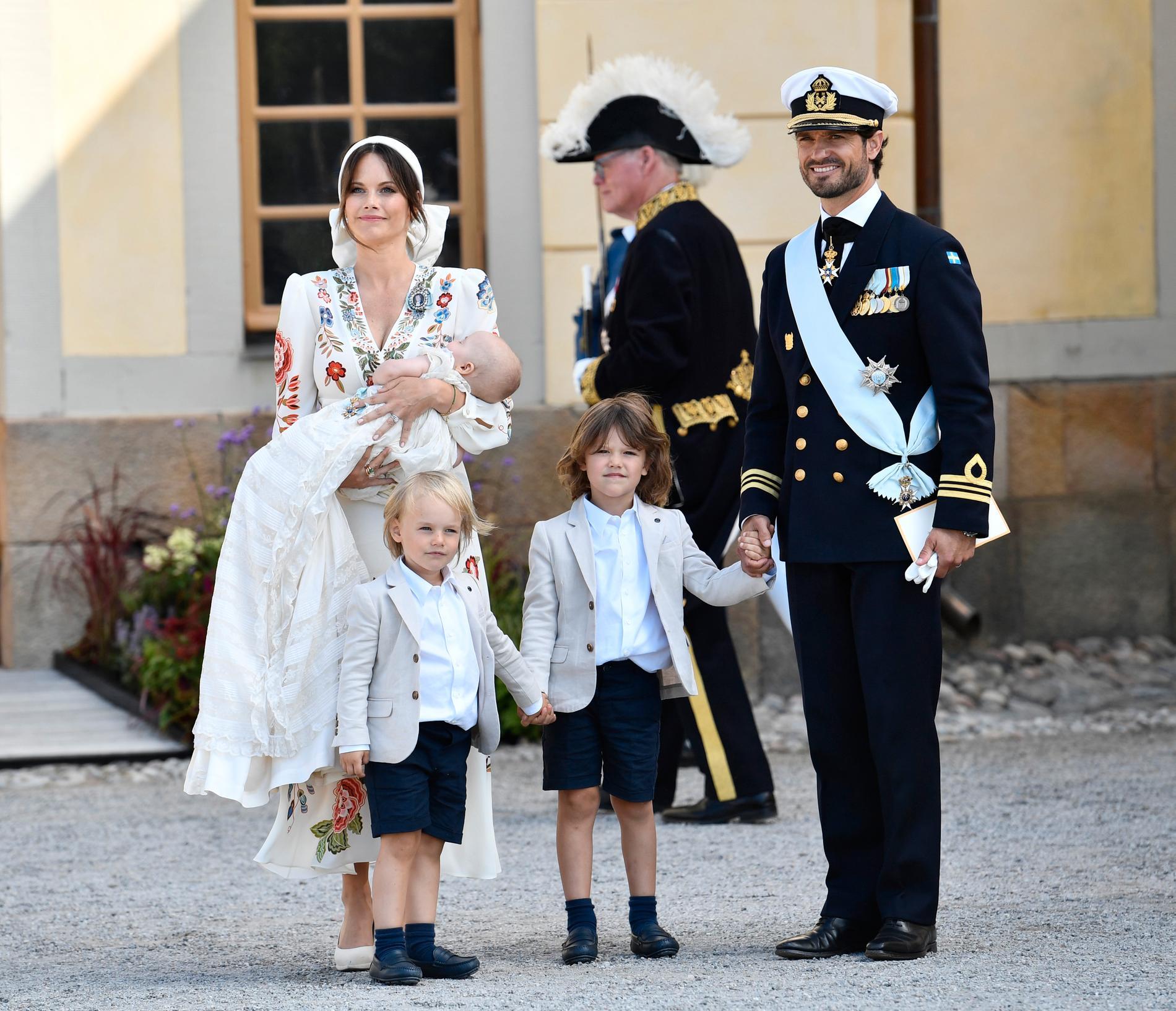 Prinsessan Sofia som håller prins Julian, prins Gabriel, prins Alexander och prins Carl Philip.