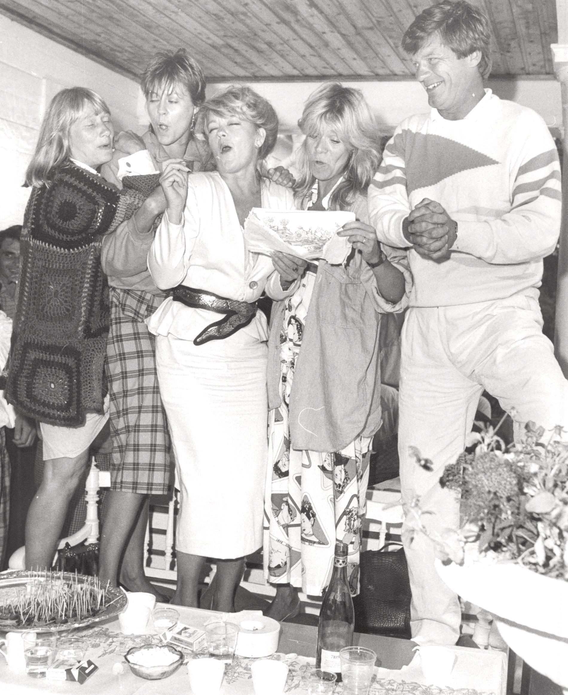 Monica Nielsen, Nina Gunke, Mona Seilitz, Mia Benson och Bosse Parnevik sjunger på en golffest 1986.