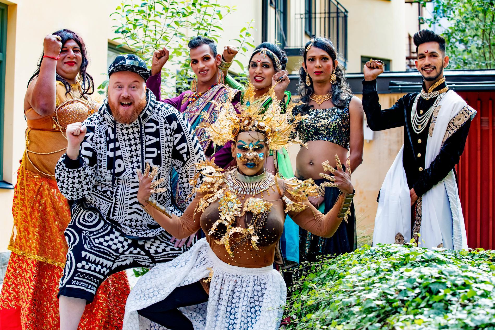 Indiens första queerrappare Tropical Marca med svensken Petter Wallenberg och dansgruppen Dancing Queens bakom sig. Från vänster: Maya, Yogendra, Paras, Urmi och Shekher.