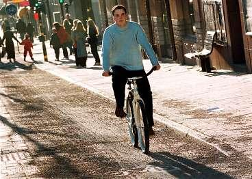 UT och cykla Solen värmde Sverige igår och det är dags att ta fram cykeln igen. Eller skaffa en ny. Bland vårens nyheter finns en dragning åt det traditionella men cyklarna är tillverkade i toppmoderna material.