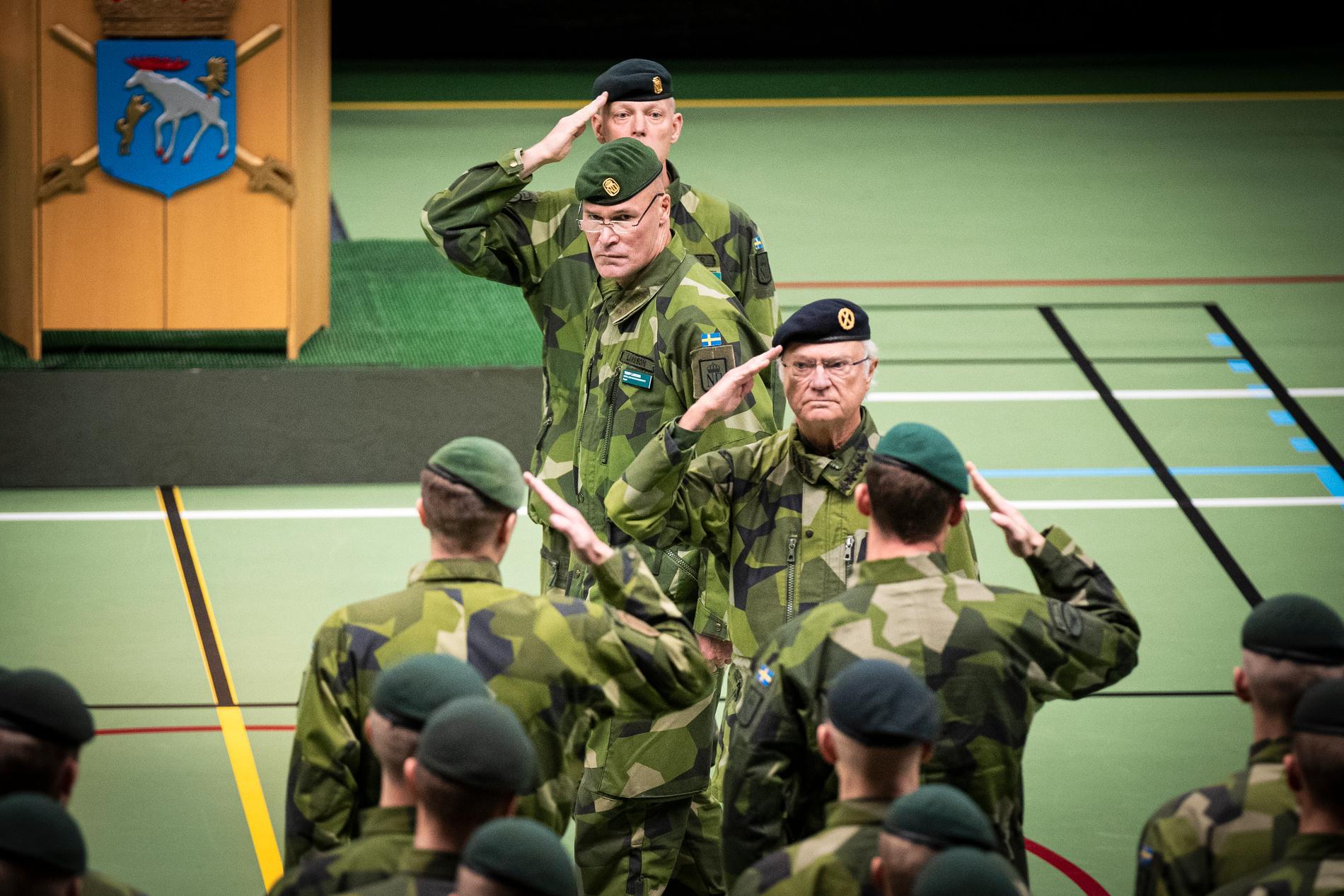 Kung Carl Gustaf inspekterar trupperna. Kung Carl Gustaf och statsminister Stefan Löfven (S) närvarar vid återinvigning av Norrlands dragonregemente K4 i Arvidsjaur.