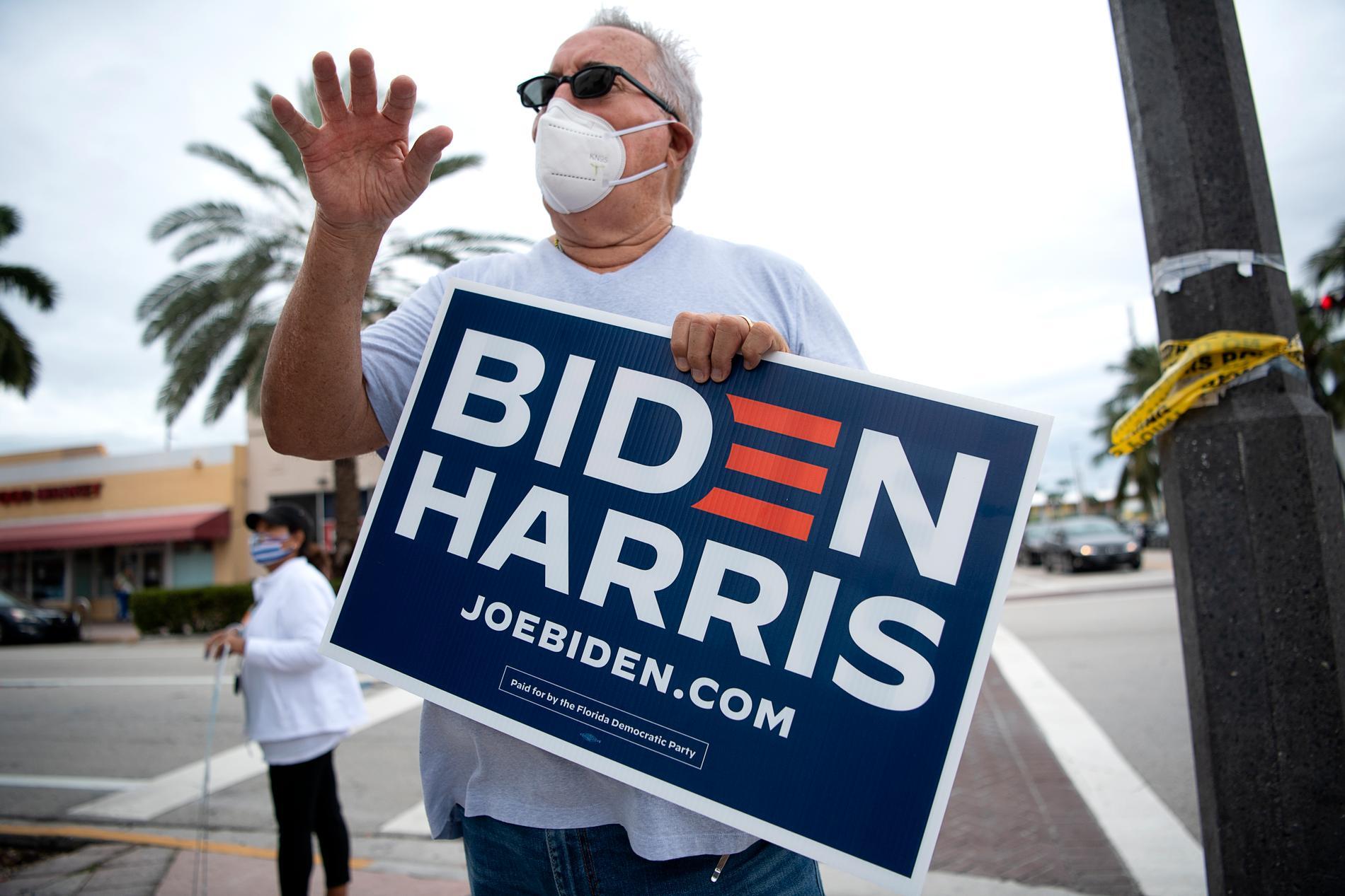 Så fort Tony Garcia lagt sin röst på Joe Biden i North Shore-biblioteket intill gick han ut till hörnet av Collins Avenue med en stor valskylt där det står Biden.