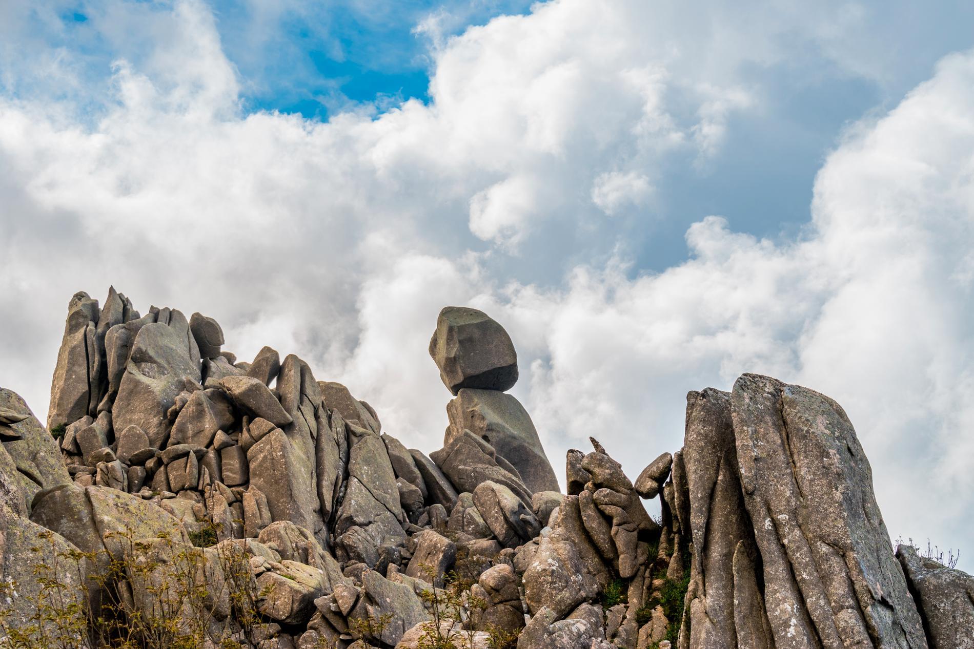 Uomo di Cagna bjuder på märkliga stenformationer.