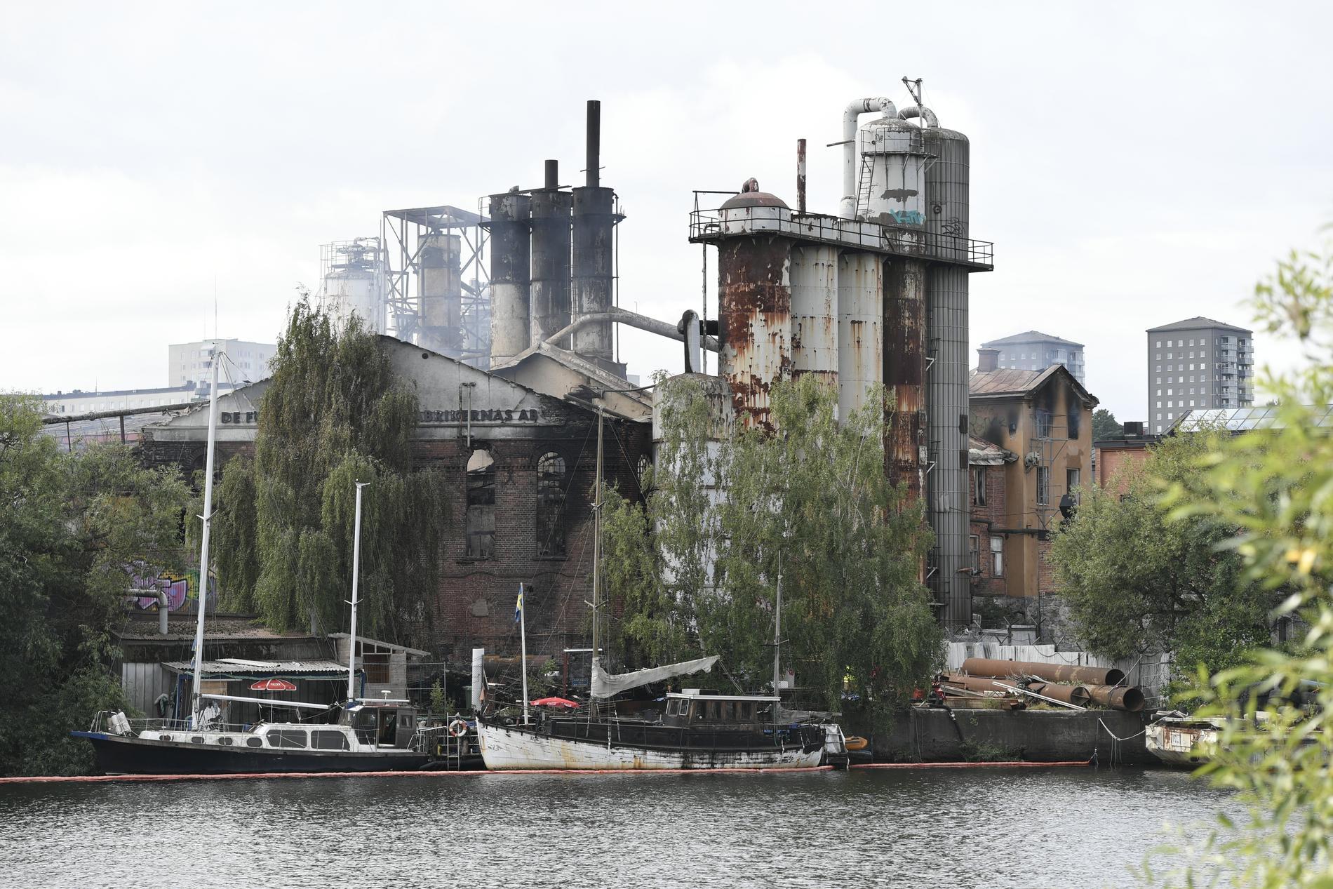 Det ryker fortfarande från den eldhärjade kolsyrefabriken i Gröndal i södra Stockholm.