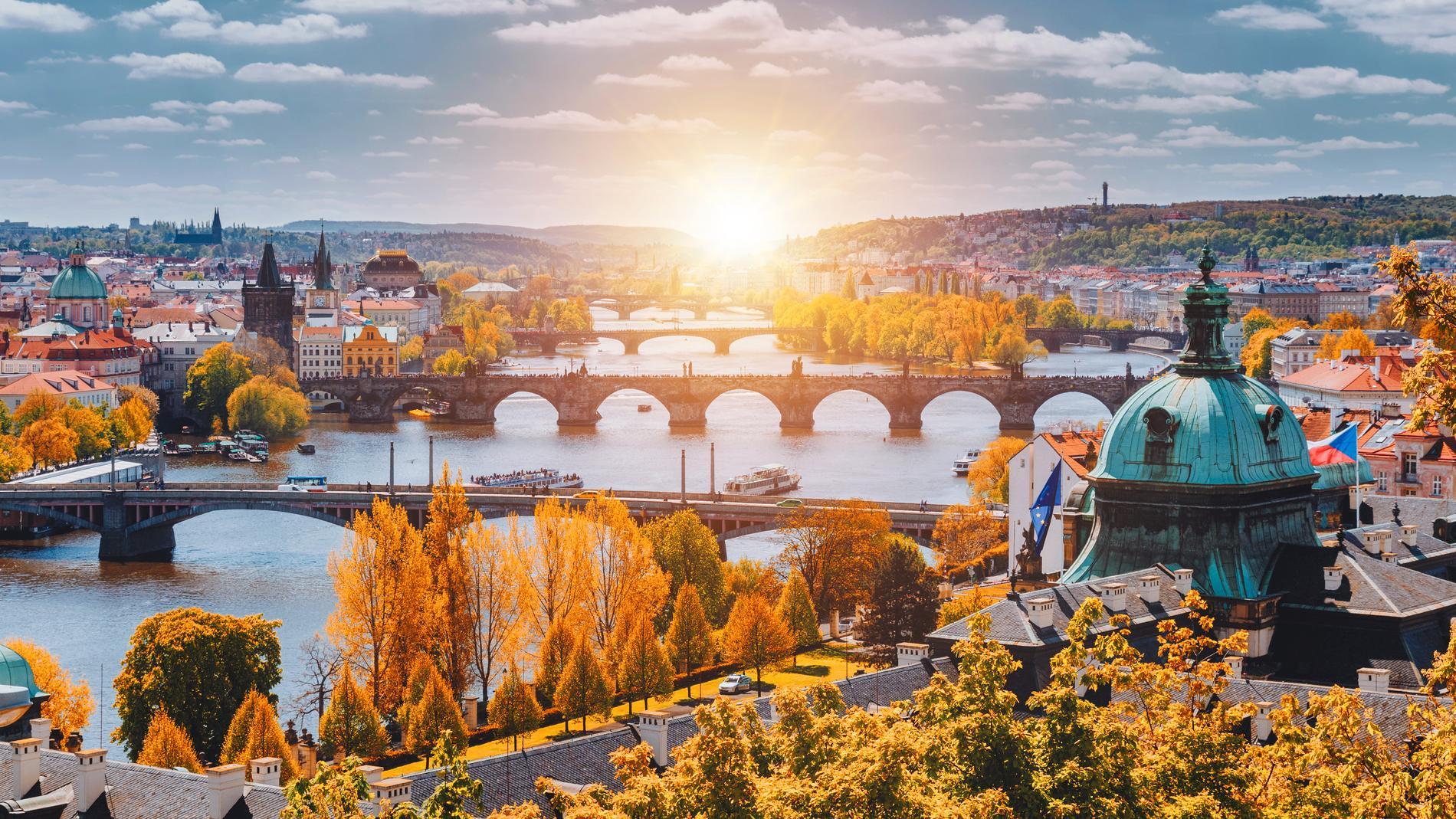 Prag är en stad fylld av broar och spiror.