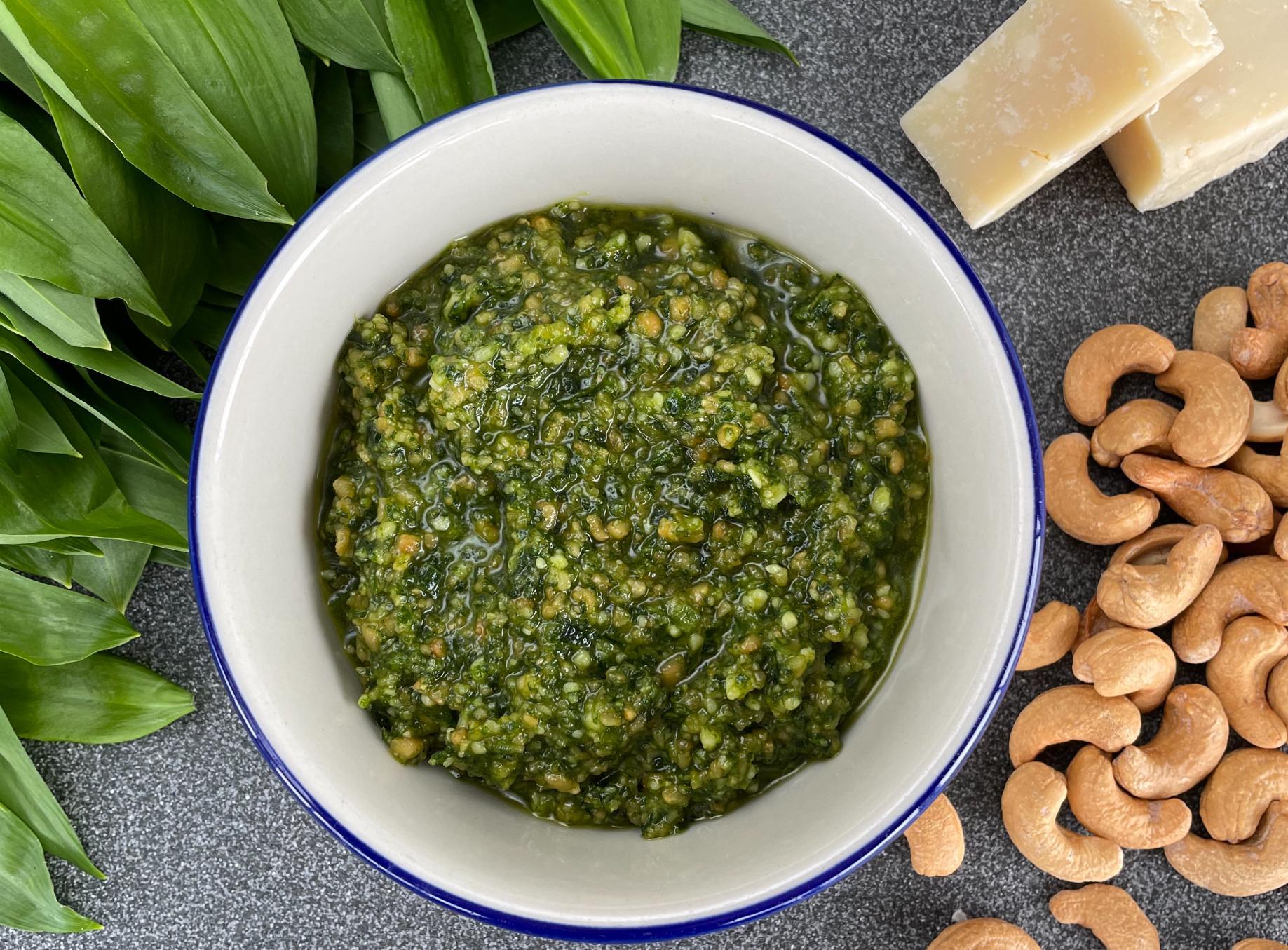 Pesto av ramslök, cashewnötter och olja är gott både till pasta, grillat och på smörgåsen.