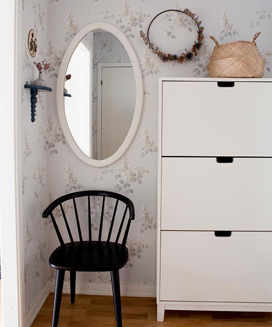 Romantisk känsla i hallen. Stol från Ellos och skohylla från Ikea. Spegel, liten hylla och väggrelief köpt på loppis. Tapet Lilacs från Boråstapeter.