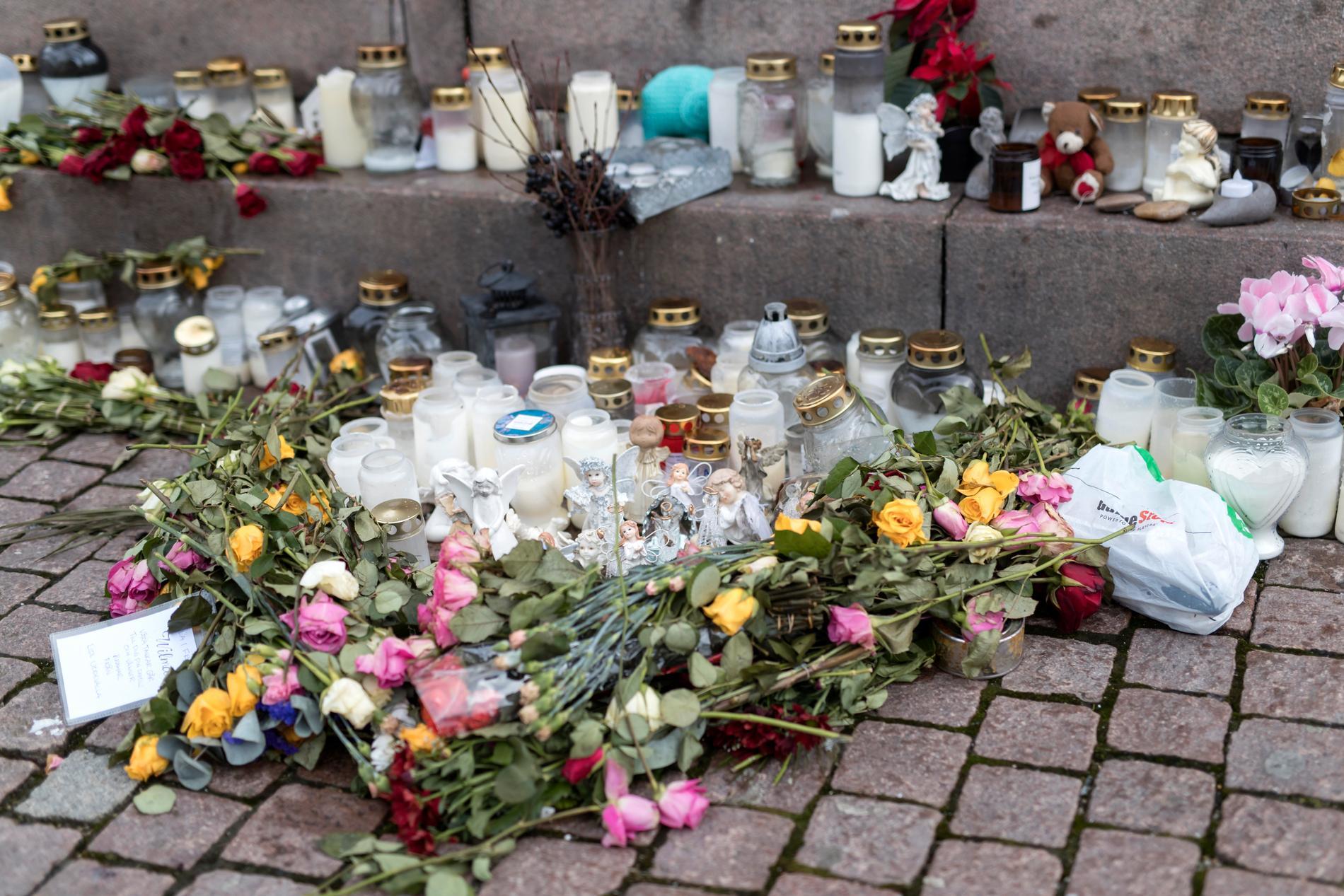 Blommor och ljus på en minnesplats för den försvunna 17-åringen i centrala Uddevalla i december.