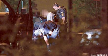 Polisen vid platsen där 33-åringen sköts i halsen.