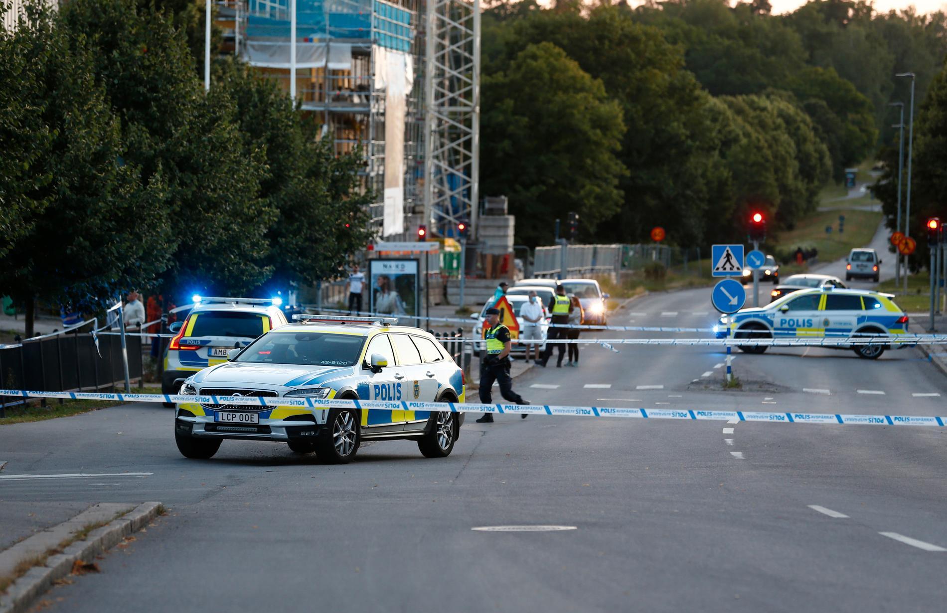 Avspärrningar vid Berga centrum i Linköping där två tonårspojkar skottskadades på torsdagskvällen.
