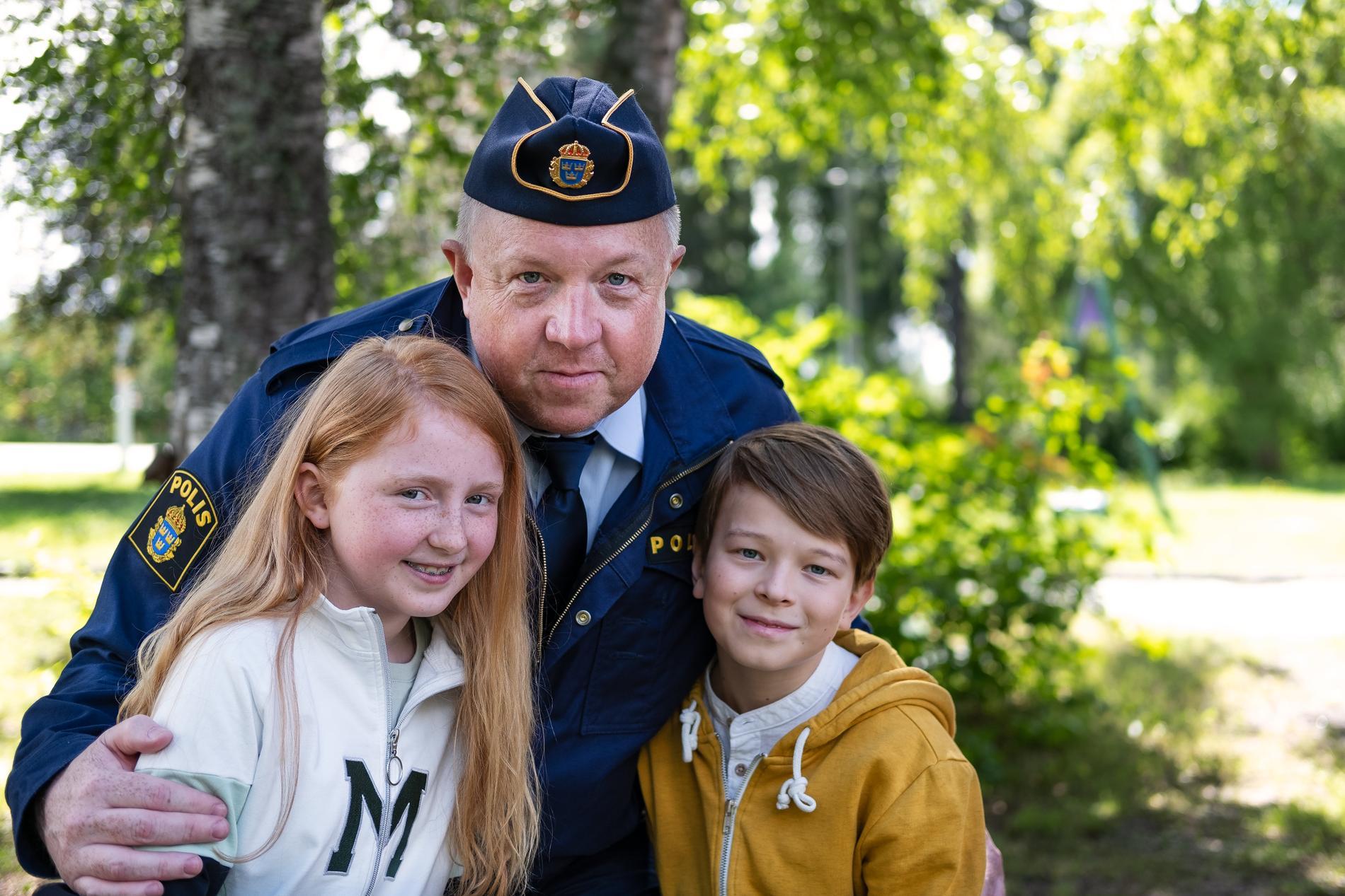 """Ellen Sarri Littorin, Anders Jansson och Elis Nyström spelar huvudrollerna i """"LasseMajas detektivbyrå"""" som får premiär på C More den 4 december. Pressbild."""