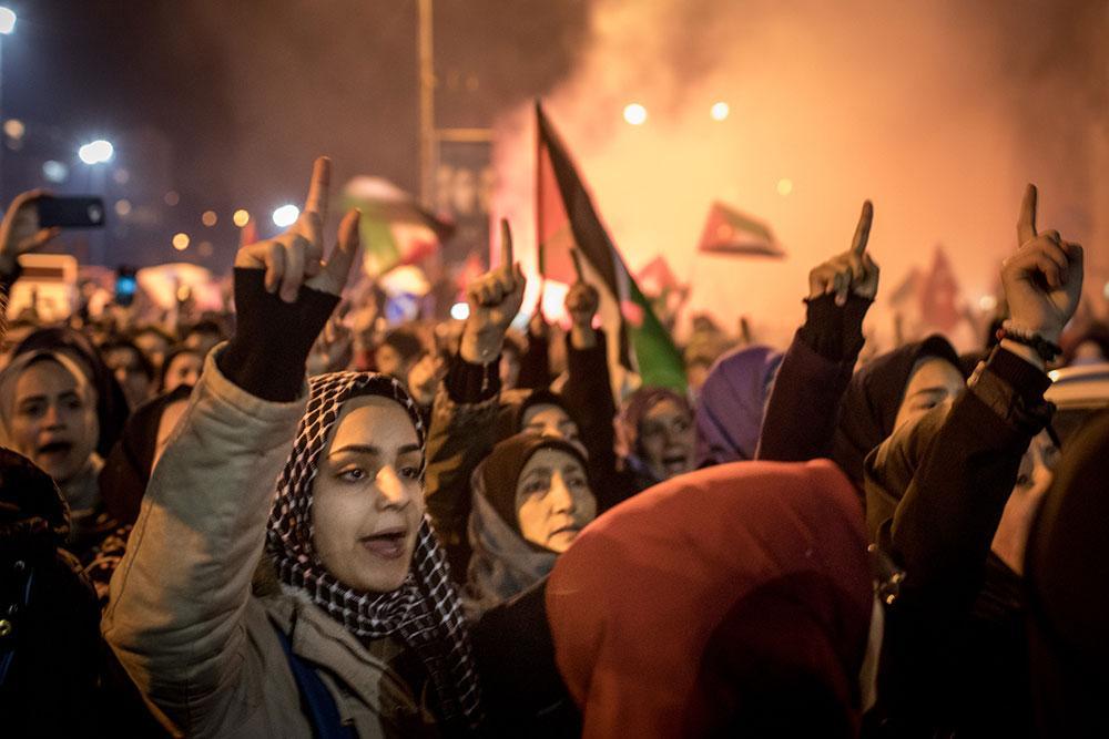 Protester utanför USA:s ambassad i Istanbul efter beskedet att Trump kommer att erkänna Jerusalem som Israels huvudstad.