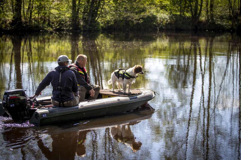 Polis har sökt med likhund i ån Lagan.