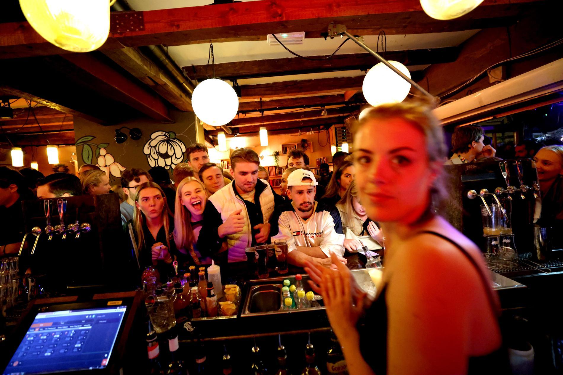 I baren på krogen Jæger i Oslo är det knökfullt kvällen till ära.