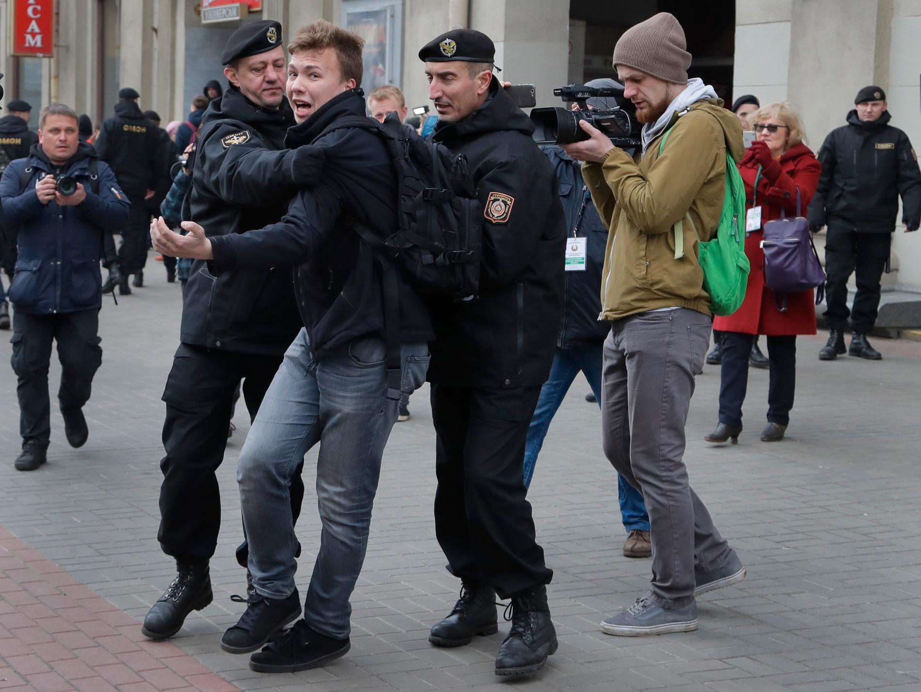 Den belarusiske journalisten och aktivisten Roman Protasevitj då han greps vi en protest i Minsk 2017.