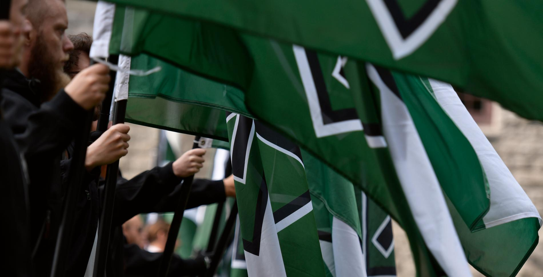 Väktare som jobbat för Securitas har samtidigt varit aktiva medlemmar i nazistiska Nordiska Motståndsrörelsen, enligt Expressens granskning