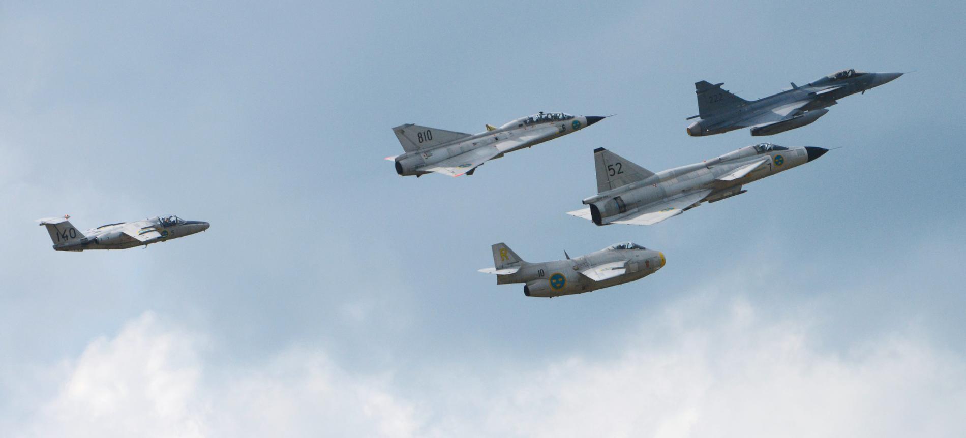 Svenska militärflygplan i luften vid F17 i Kallinge. Arkivbild.