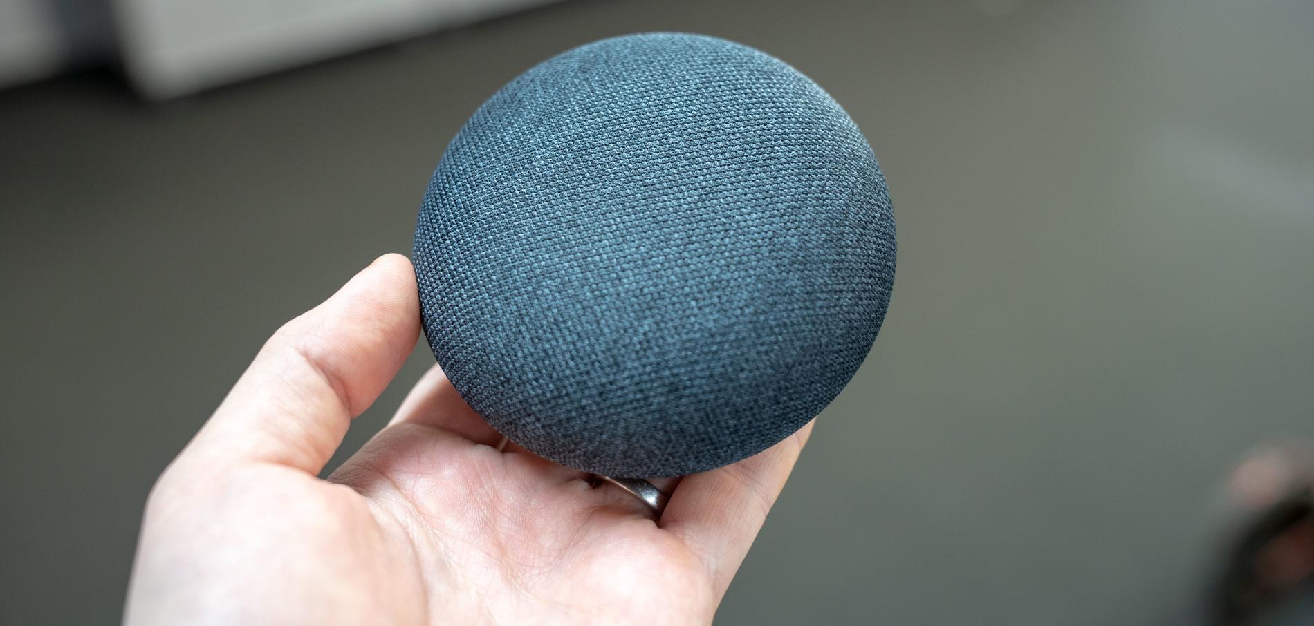 Google Home Mini är liten som en puck, eller en munk.