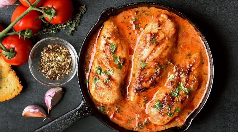 Kycklingfilé – recept med god och krämig tomatsås.