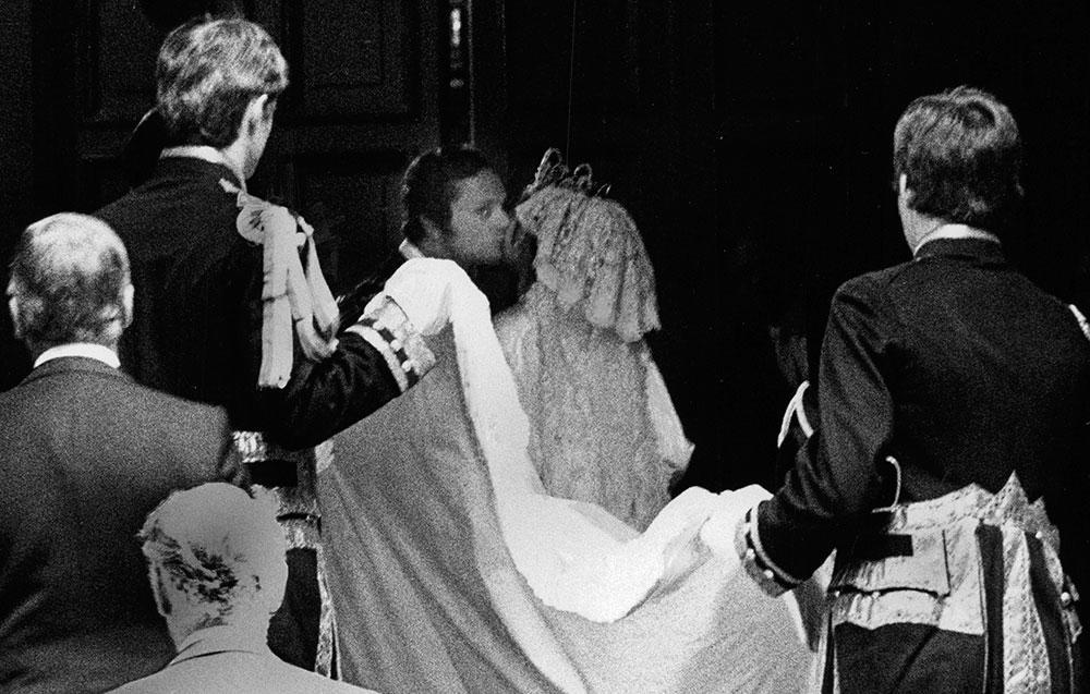 Kungen smög sig till en kyss i vapenhuset vid vigseln. Det är den enda kyss som fastnat på bild i alla år.