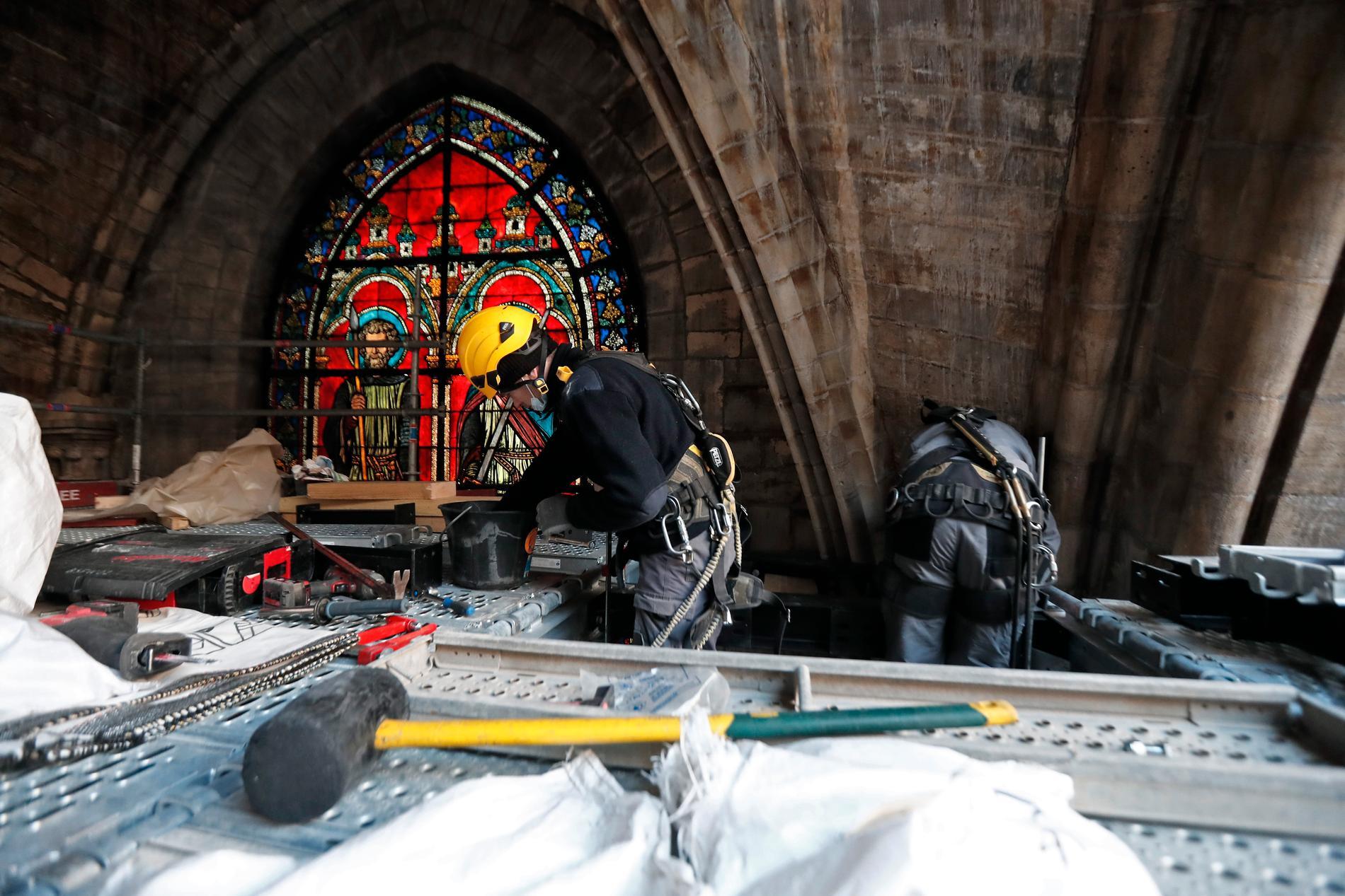 Arbete inne i Notre-Dame. Bild från den 15 april i år.