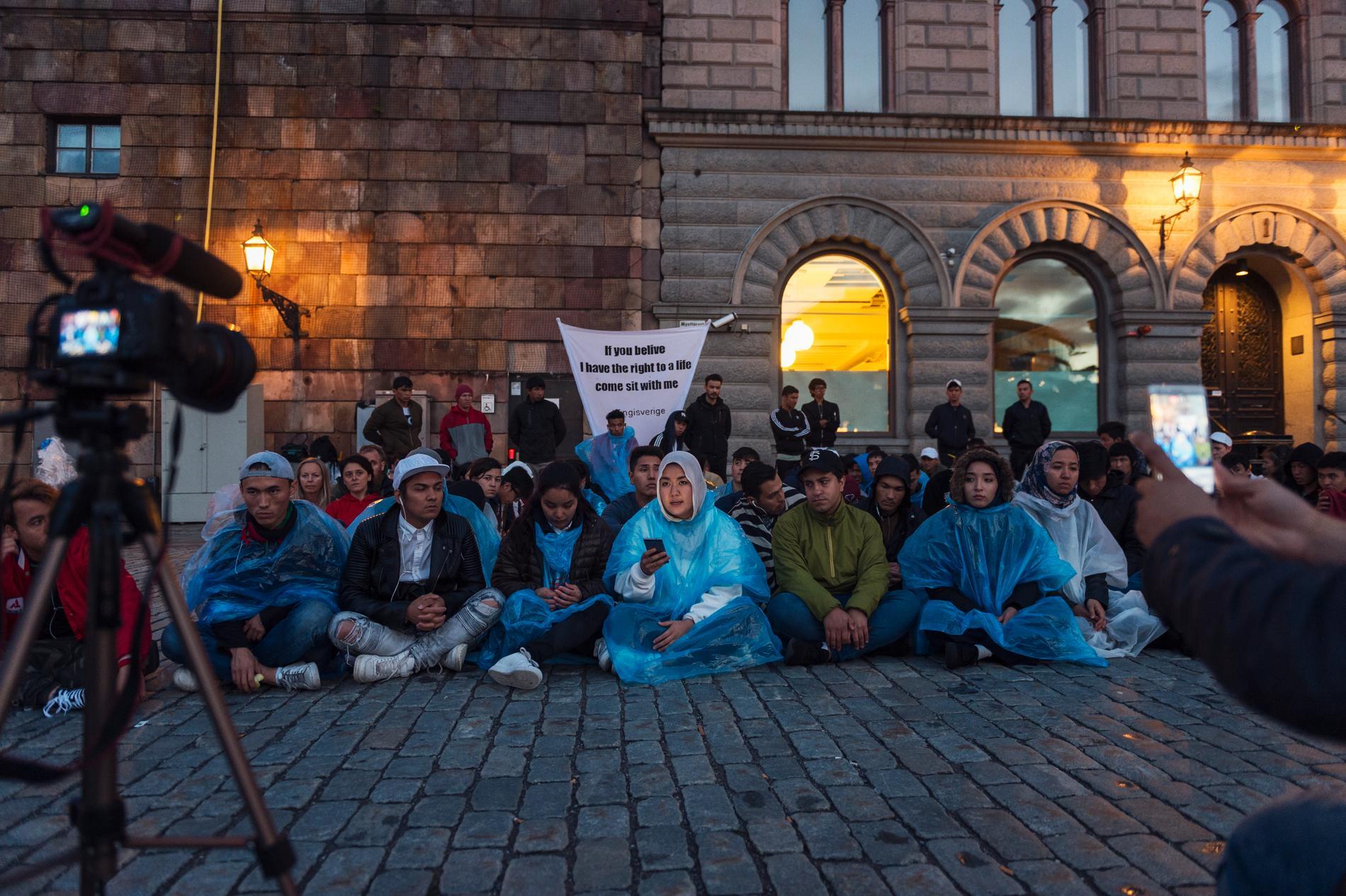 Hundratalet ensamkommande ungdomar sittstrejkade på Mynttorget i Stockholm förra sommaren för att få stanna i Sverige. (Arkivbild)